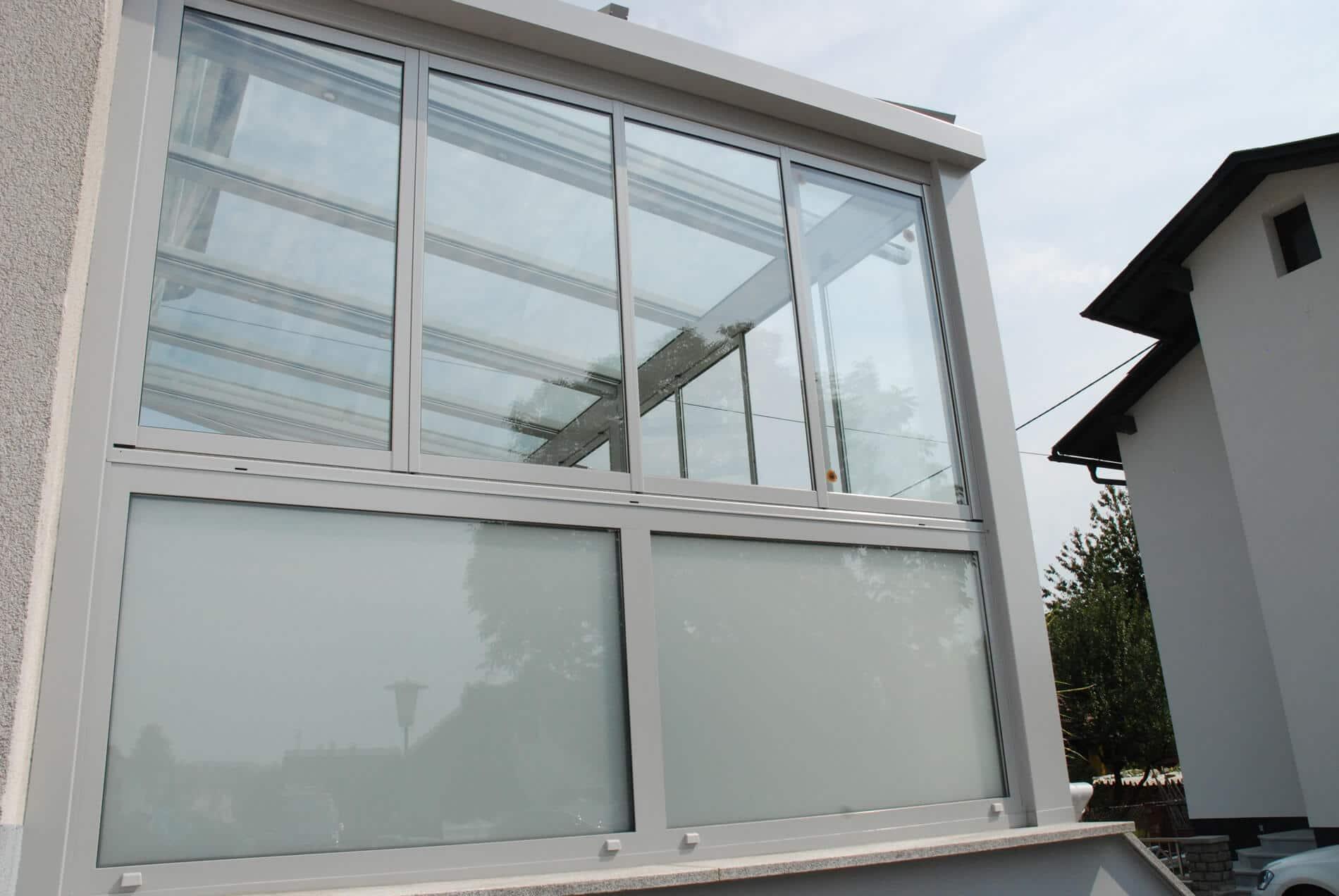Aluminium Faltwand 4 Flügeln unten Glasbrüstung Milchglas