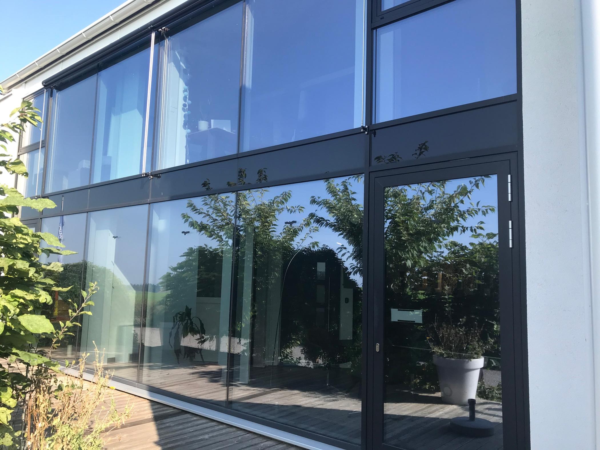Aluminium-Glasfassade nach Maß mit Nurglasstoss
