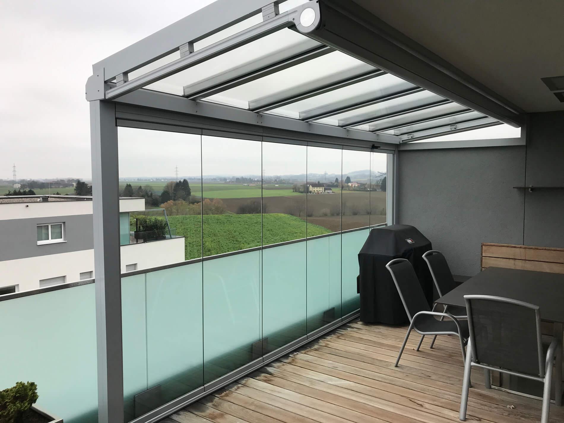Aluminium-Terrassenüberdachung auf Balkon montiert