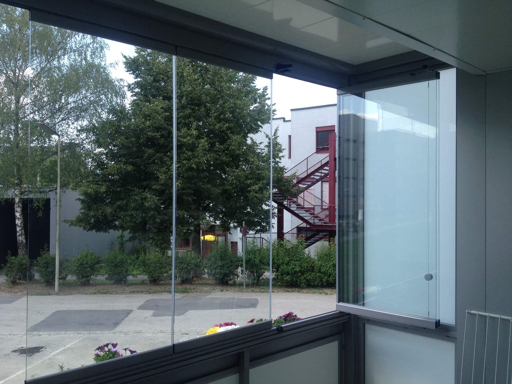Balkonverbau mit Faltwand aus Glas