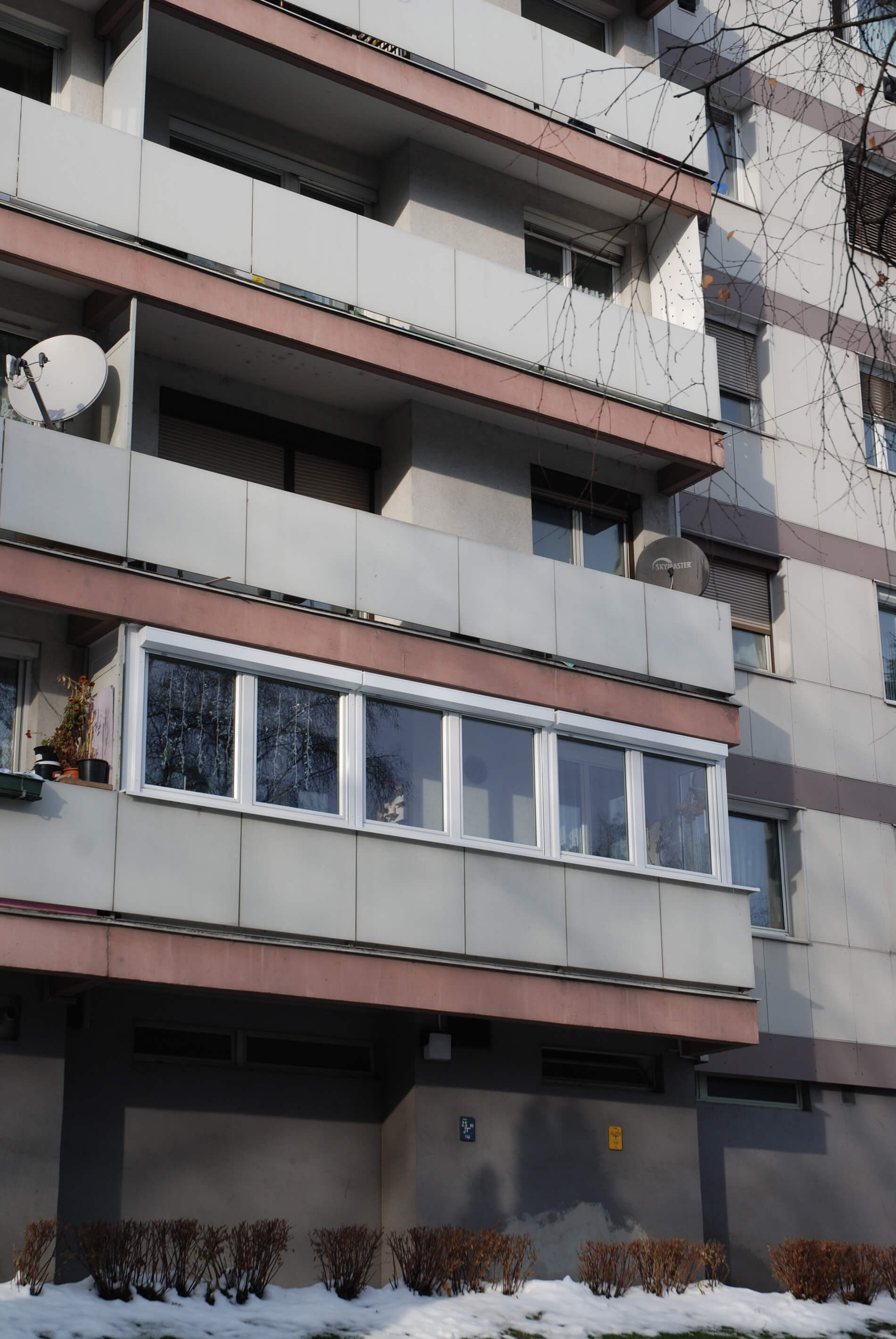 Balkonverglasung für Mehrparteienhaus