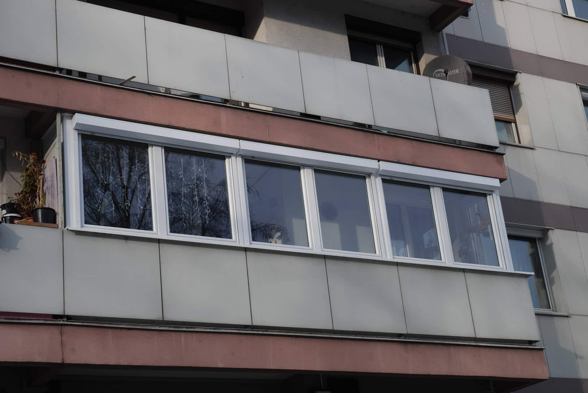 Balkonverglasung Kunststoff weiß mit Vorsatzrollläden