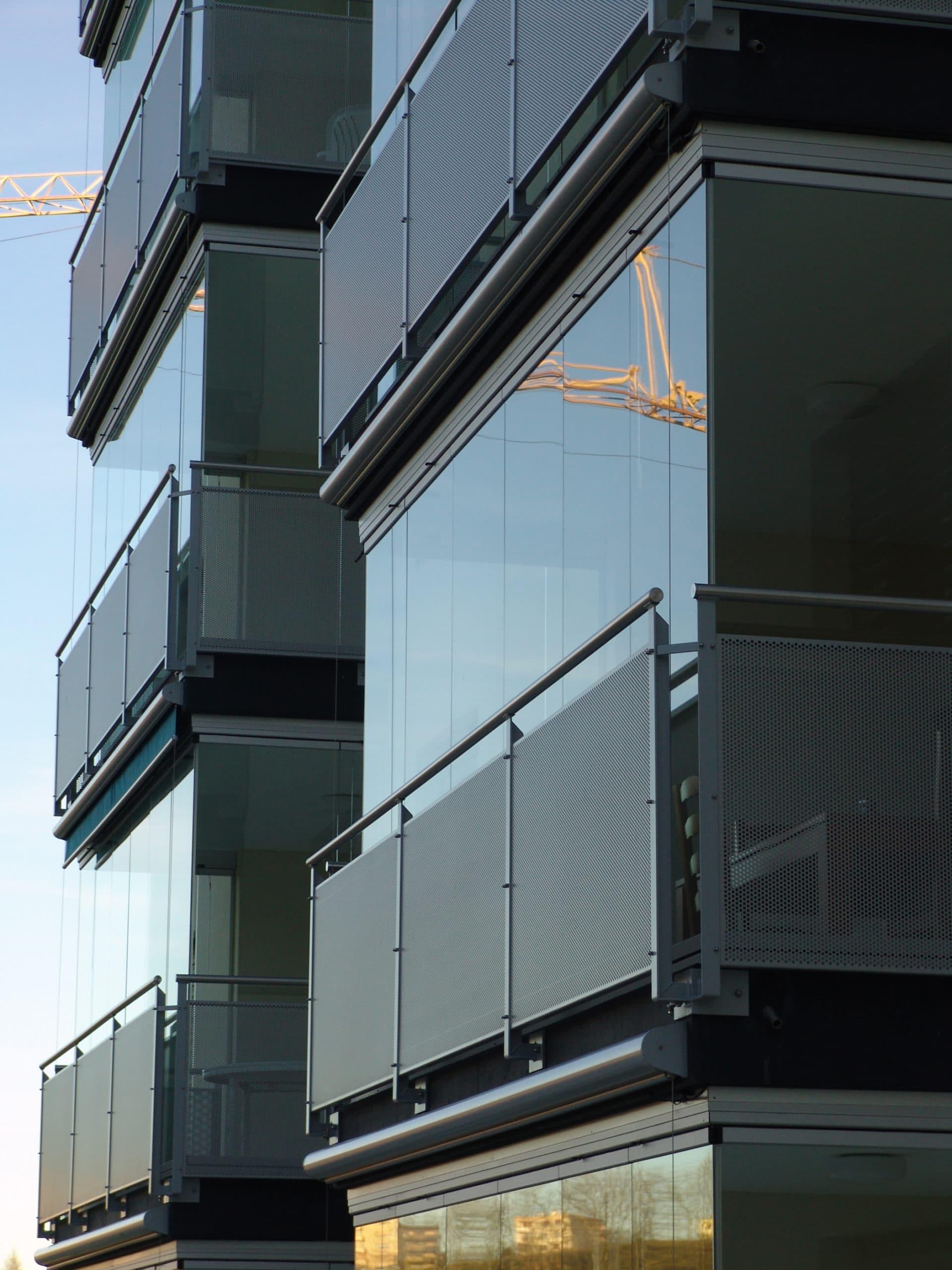 Balkonverglasungen vor dem Balkongeländer montiert