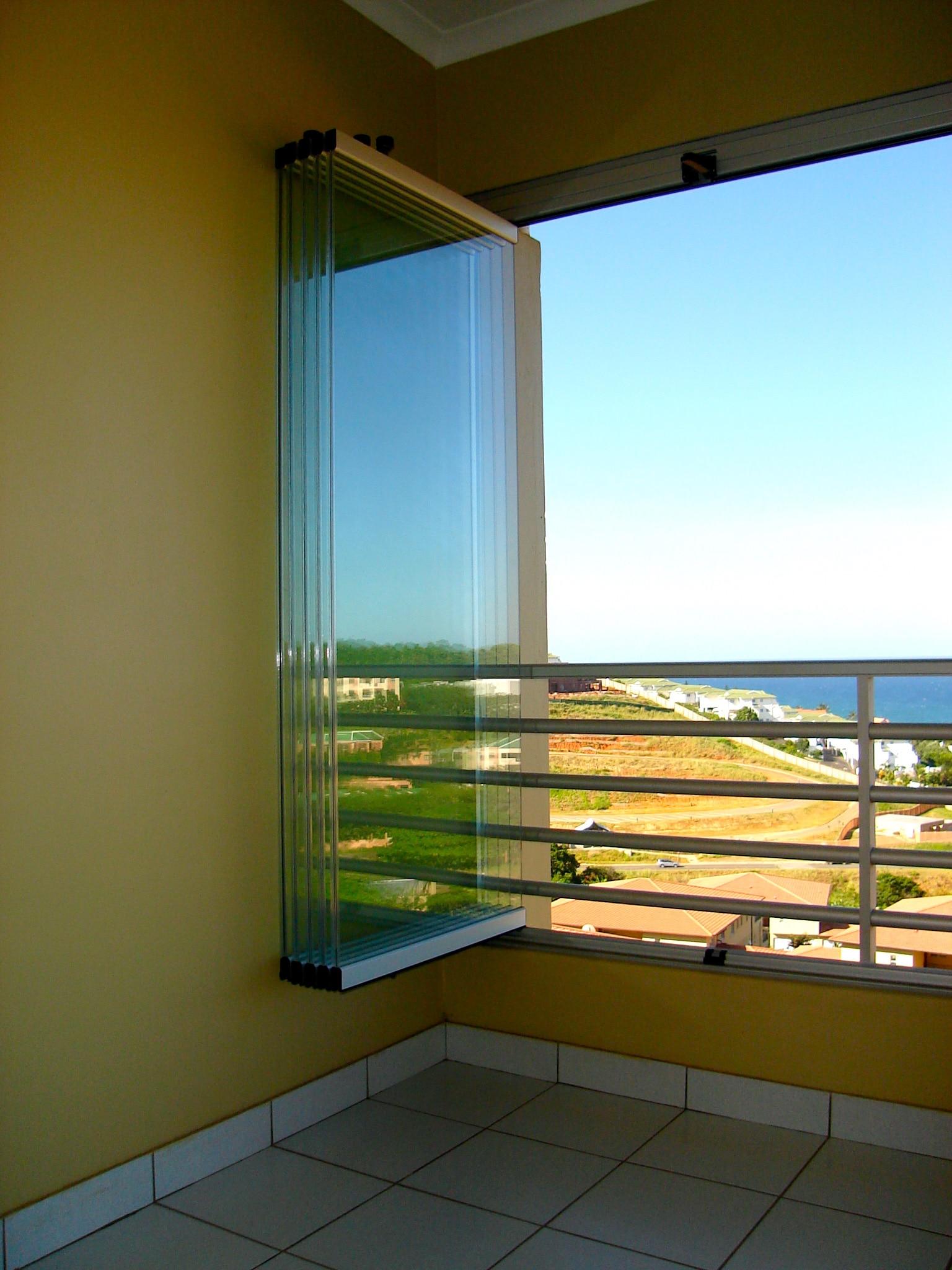 Balkonverglasungen vor einem Geländer montiert