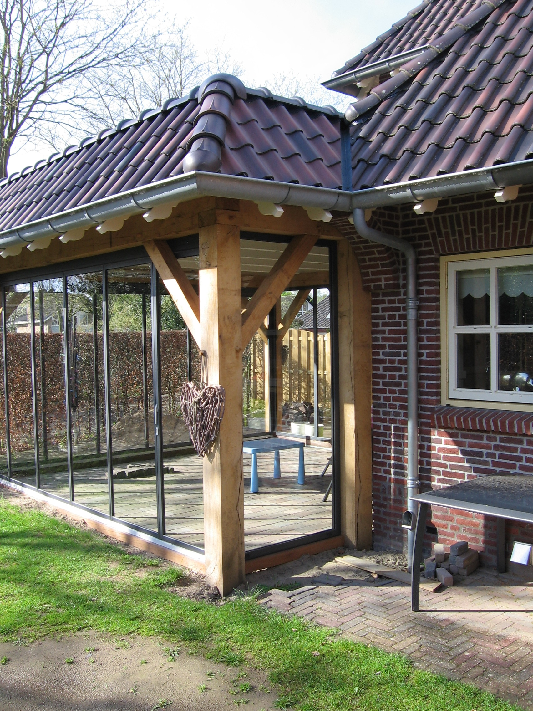 Bestehende Überdachung mit festem Dach - seitlich verglasen