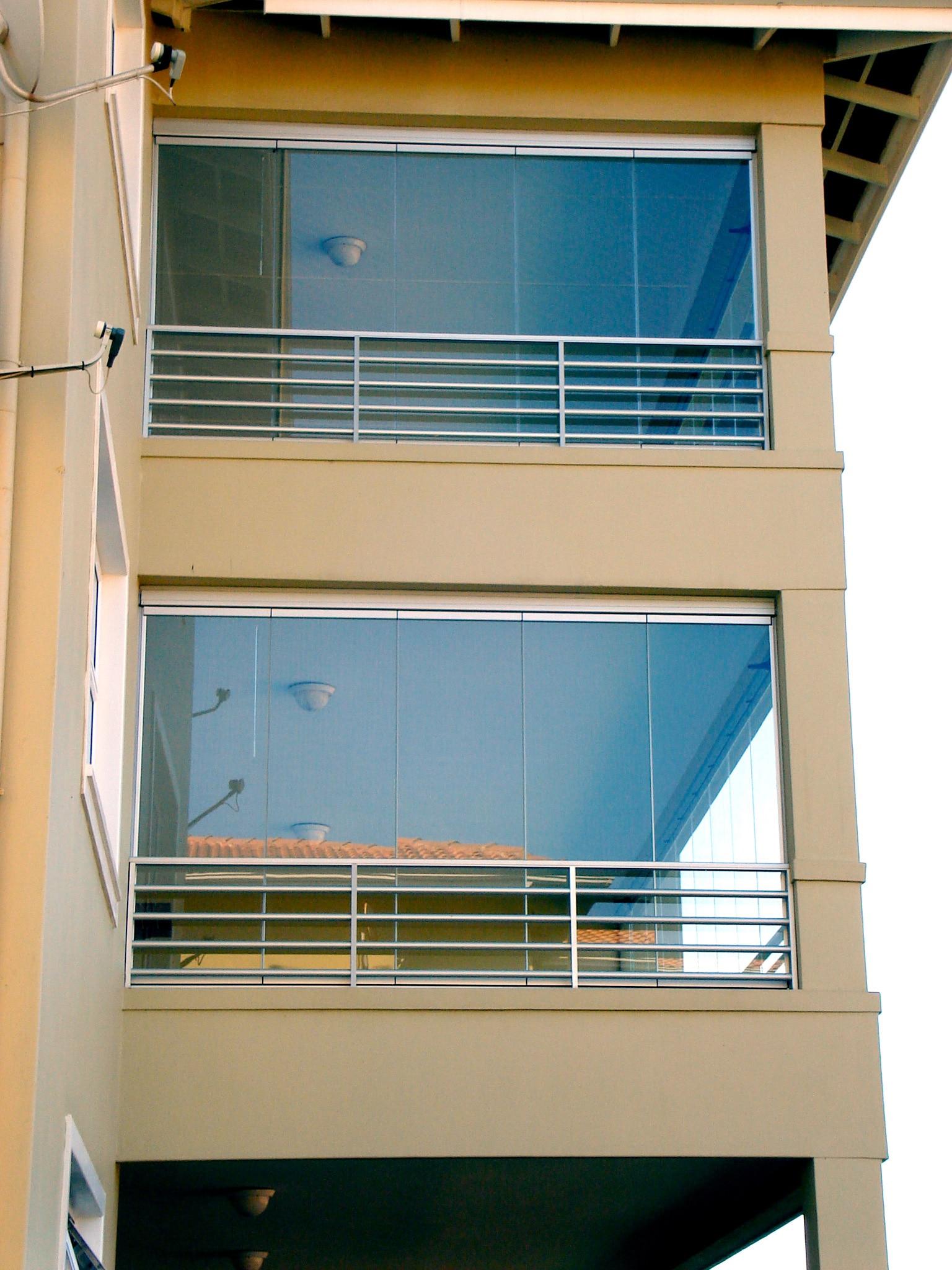 Bodentiefe Balkonverglasung vor dem Geländer