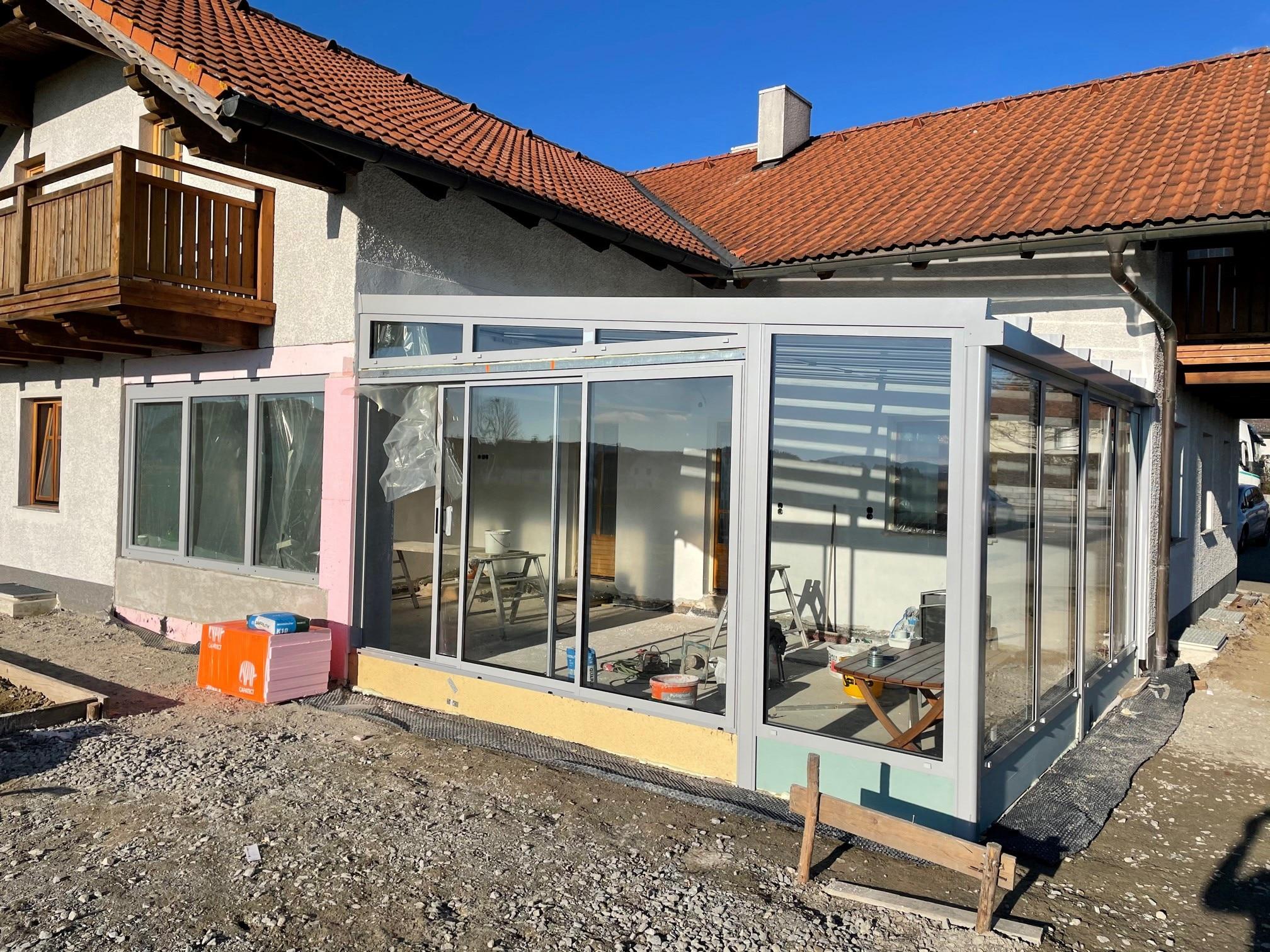Ein neuer Wintergarten für Einfamilienhaus entsteht