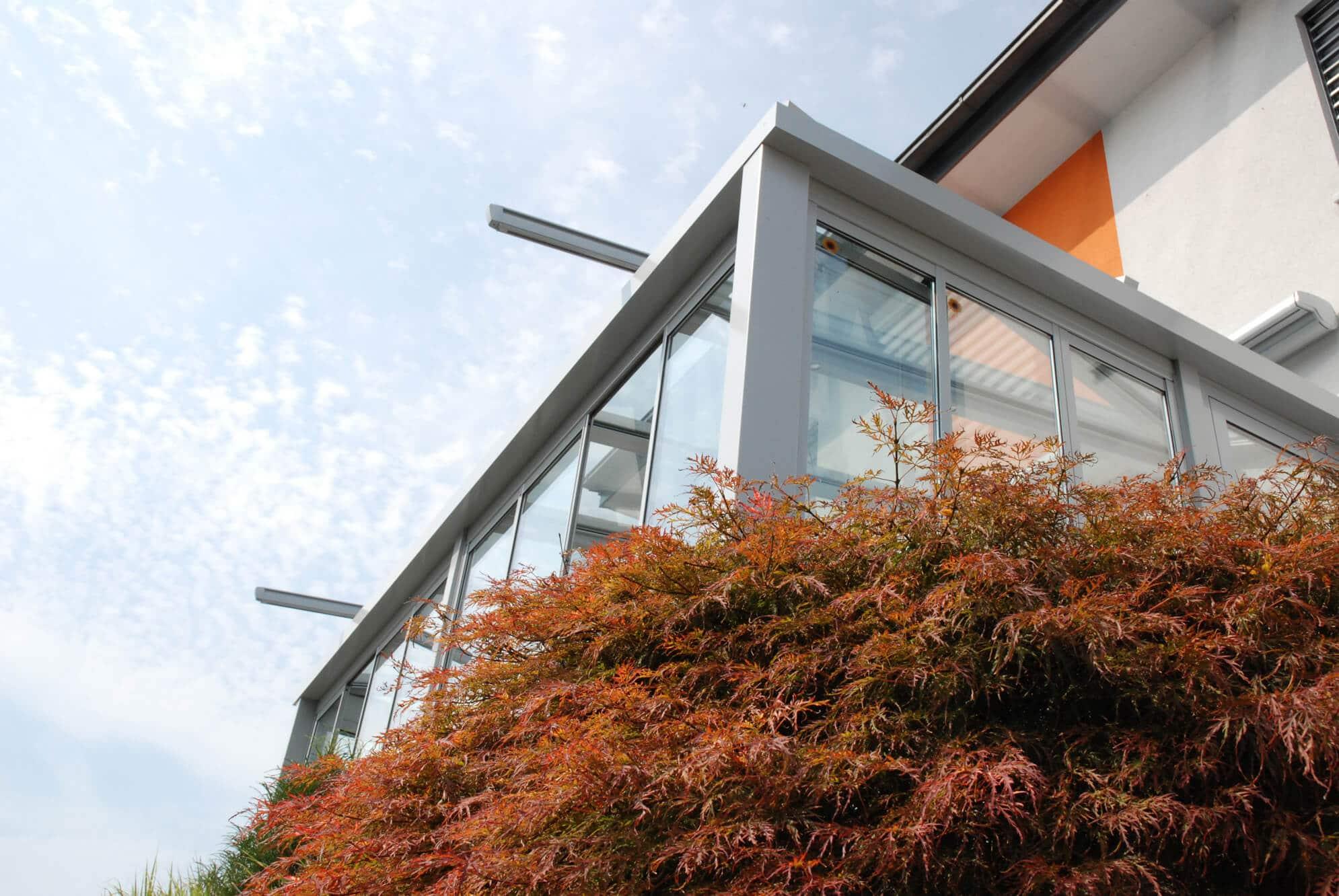 Faltbare Glaswände für Balkonverbau