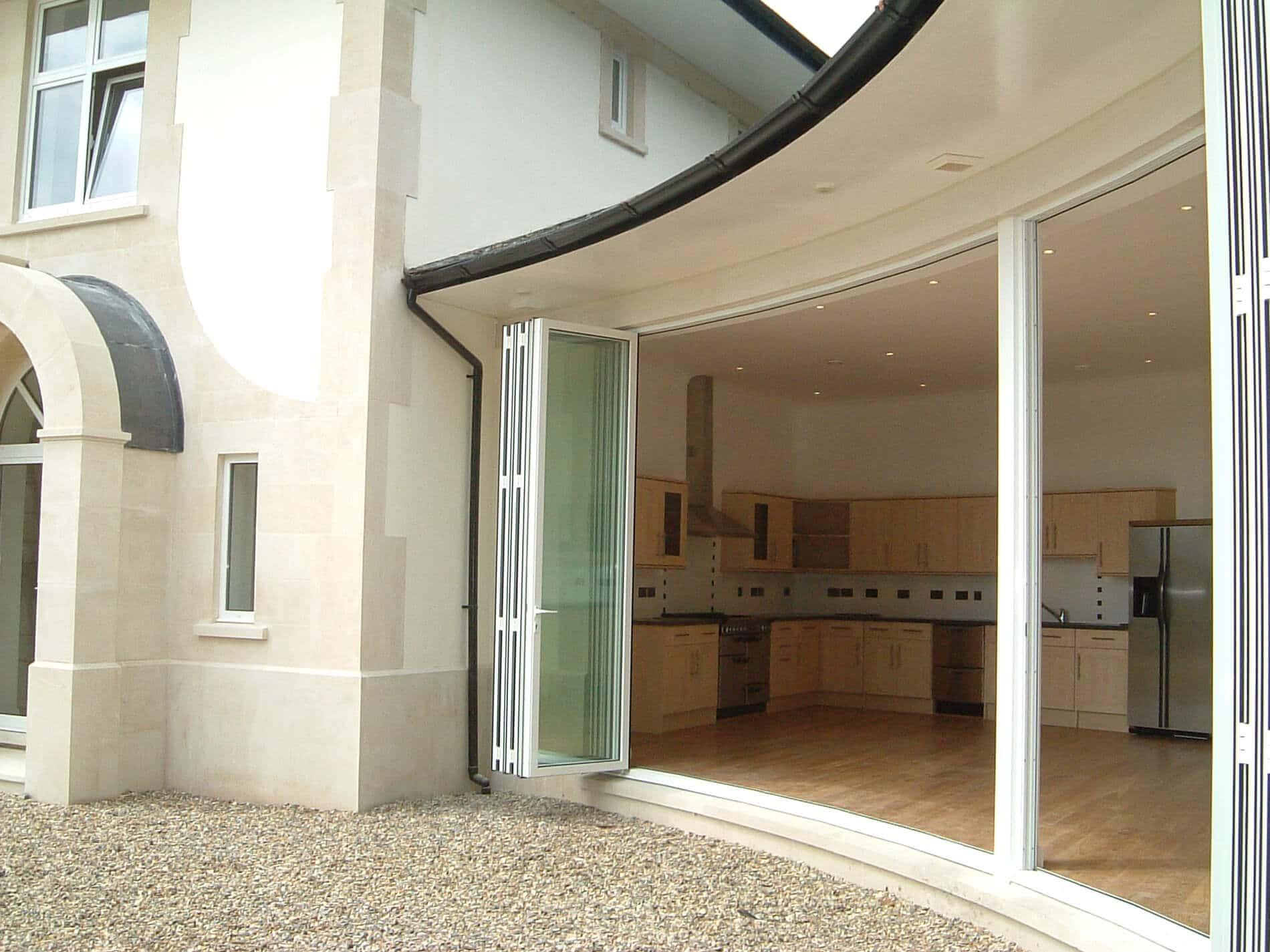 Falttüren Außenbereich weiß geöffnet