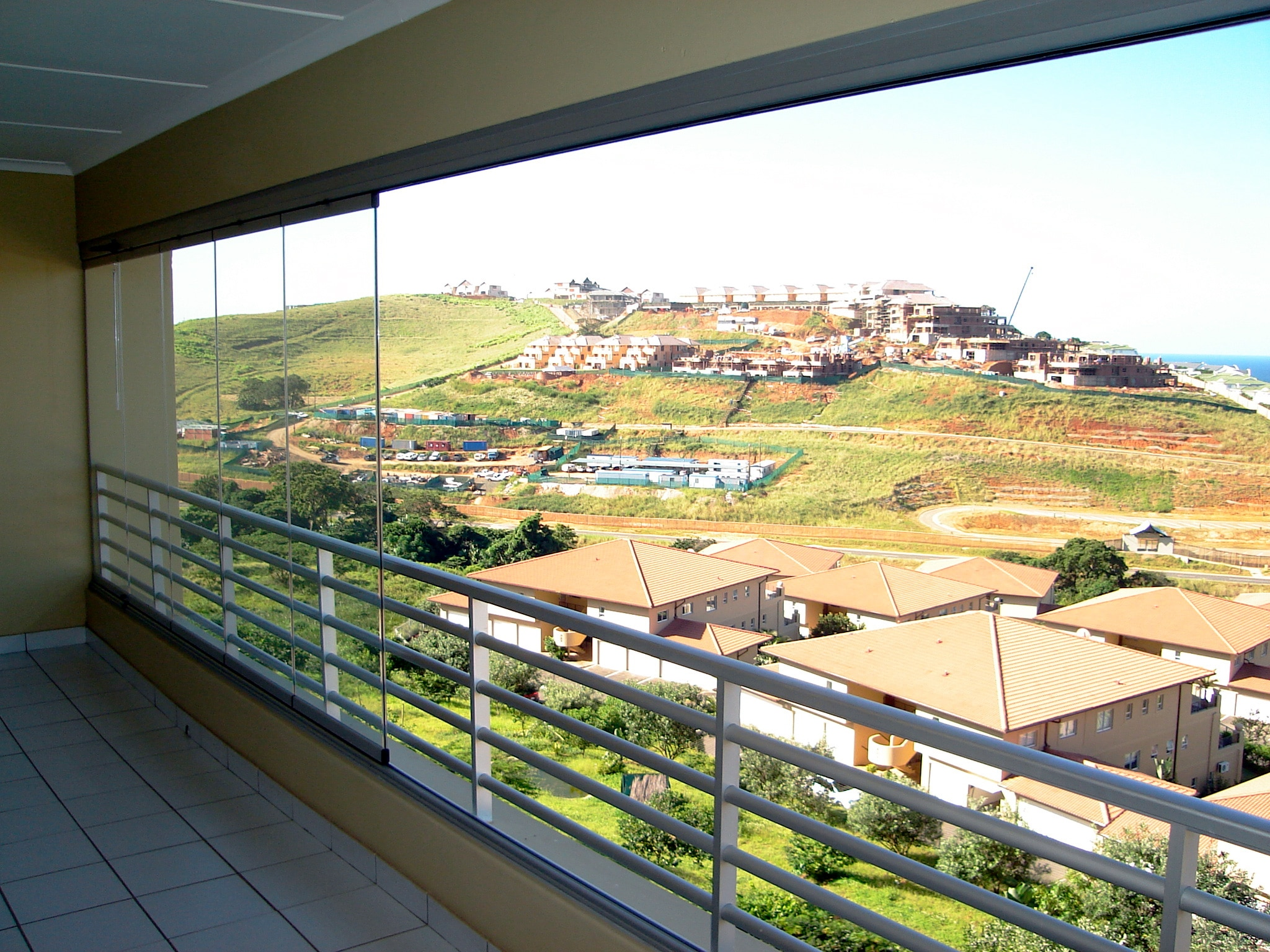 Flexibler Windschutz aus Glas für Balkone