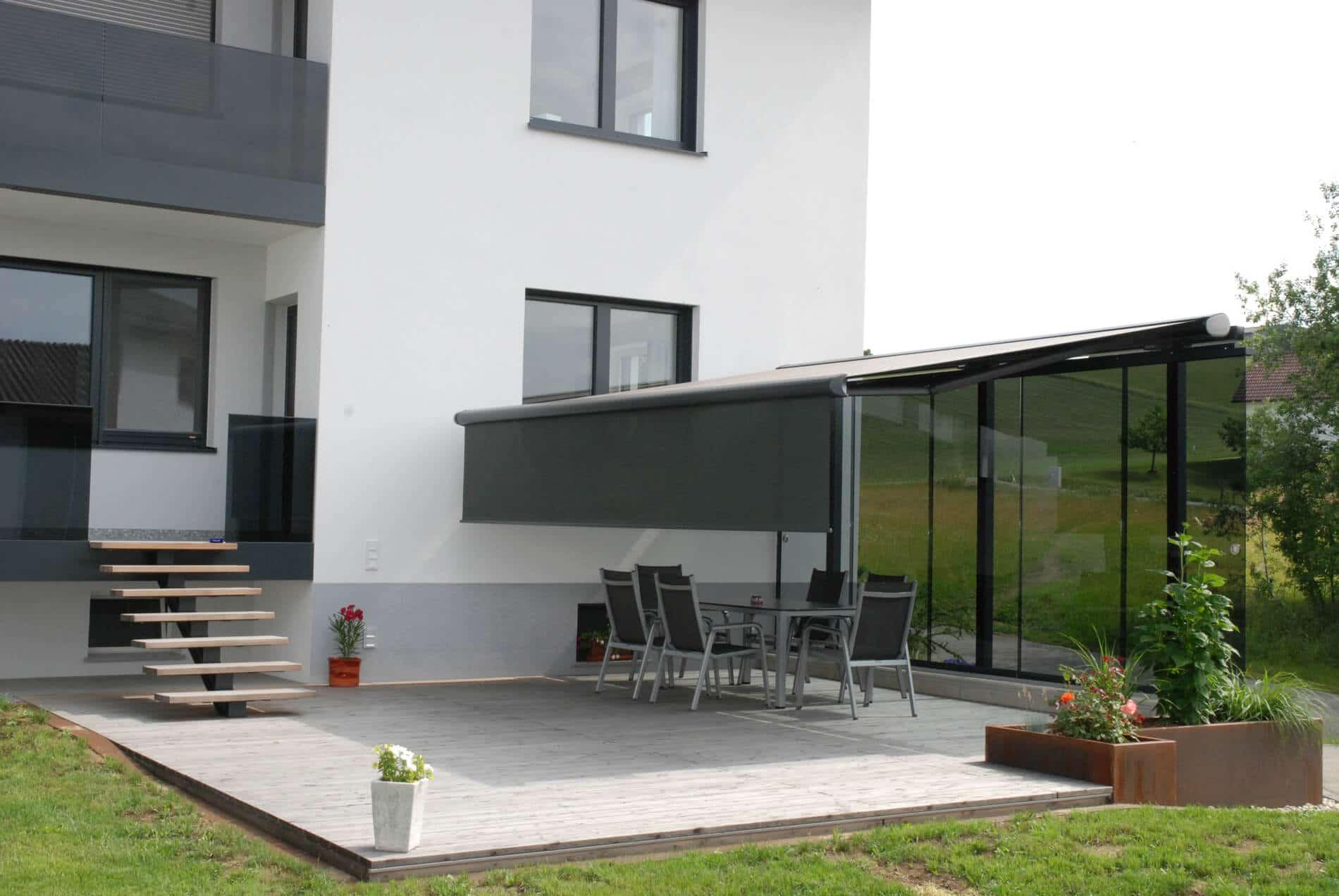 freistehender Windschutz mit Nurglas-Schiebetüren