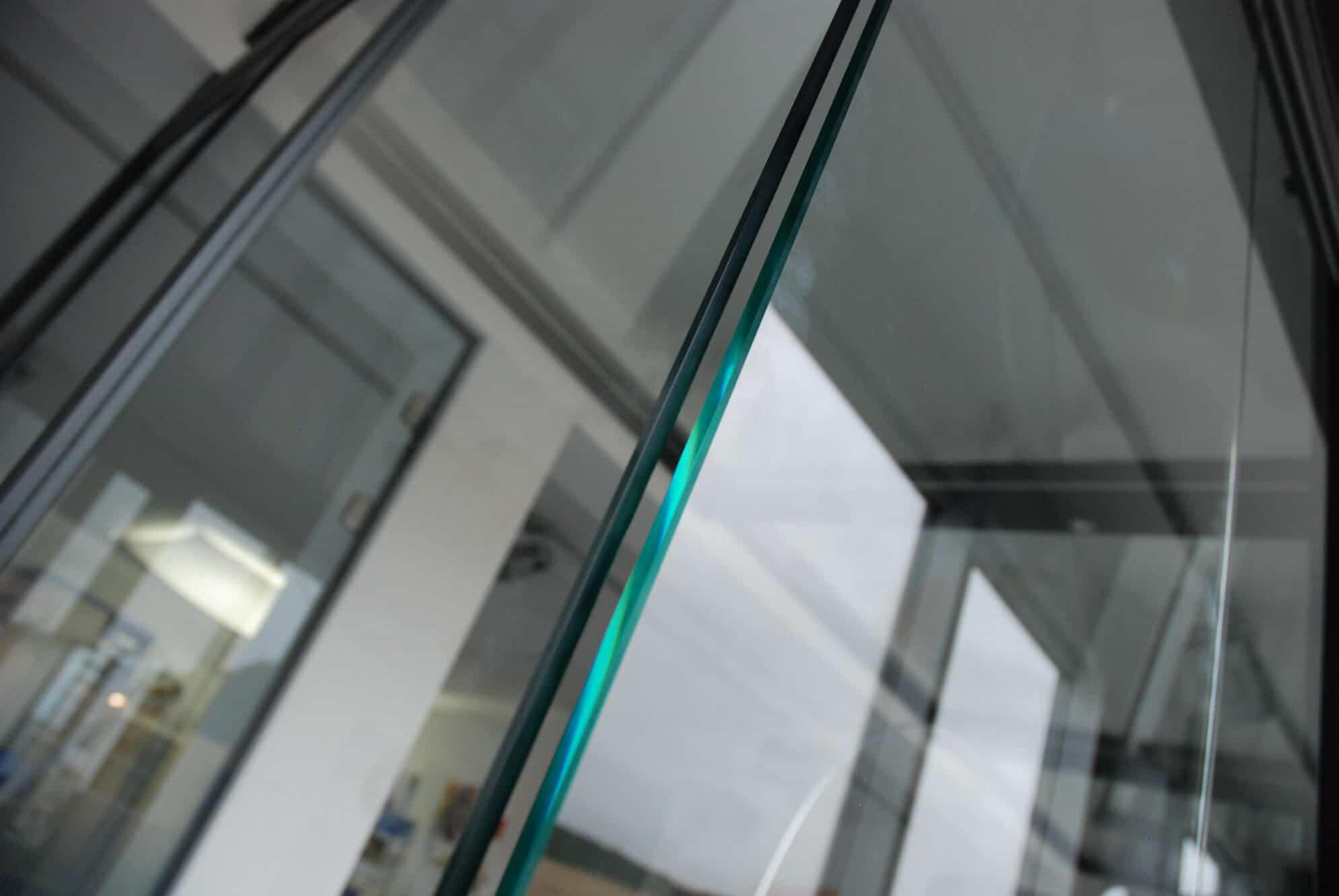 Ganzglas Schiebe-Dreh-Verglasung Eckkonstruktion
