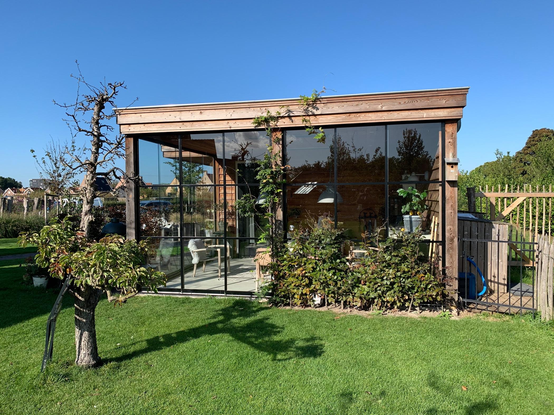 Gartenhaus mit Schiebetür im rustikalen Design