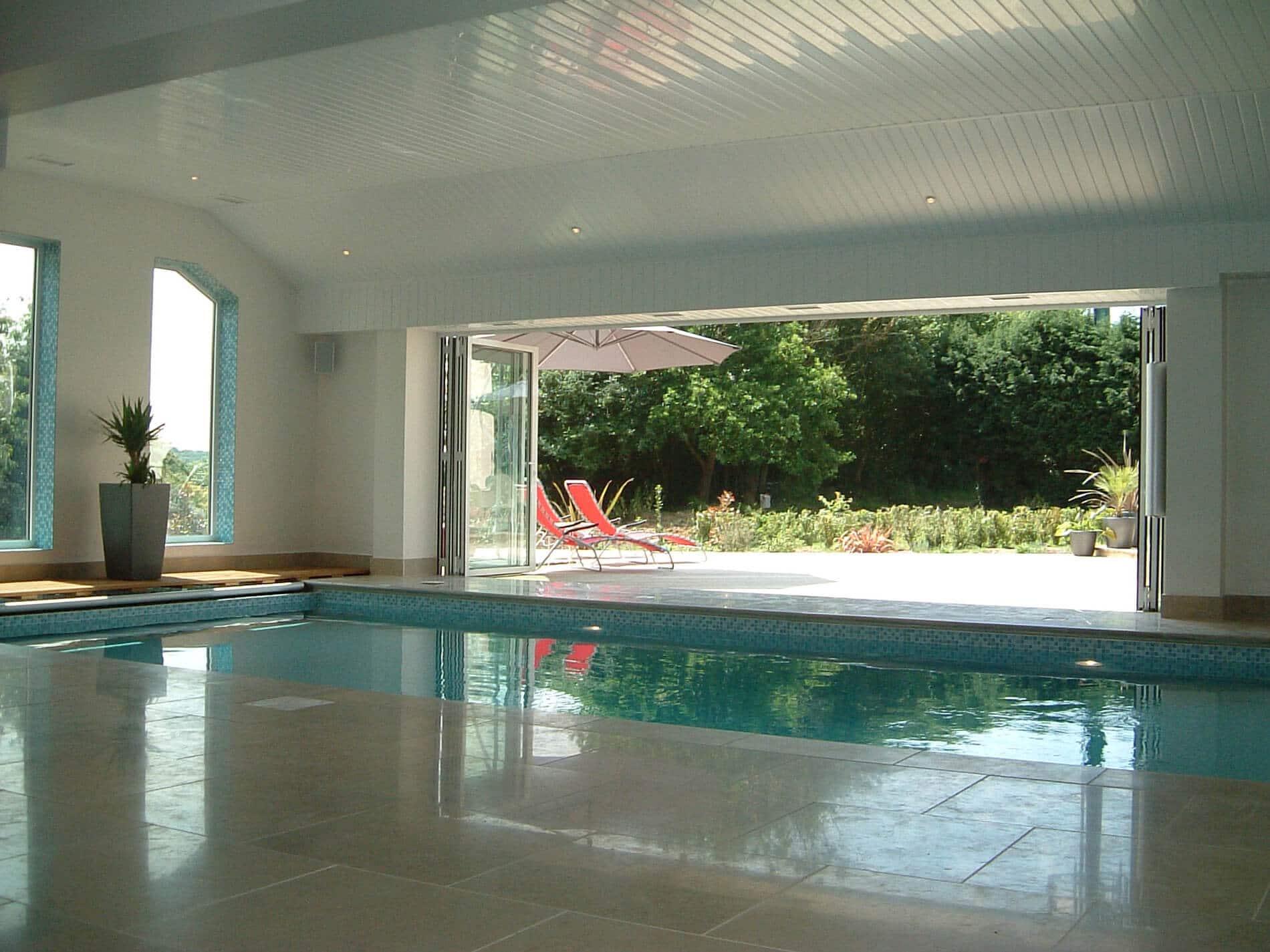 Glas-Faltwand Poolhaus