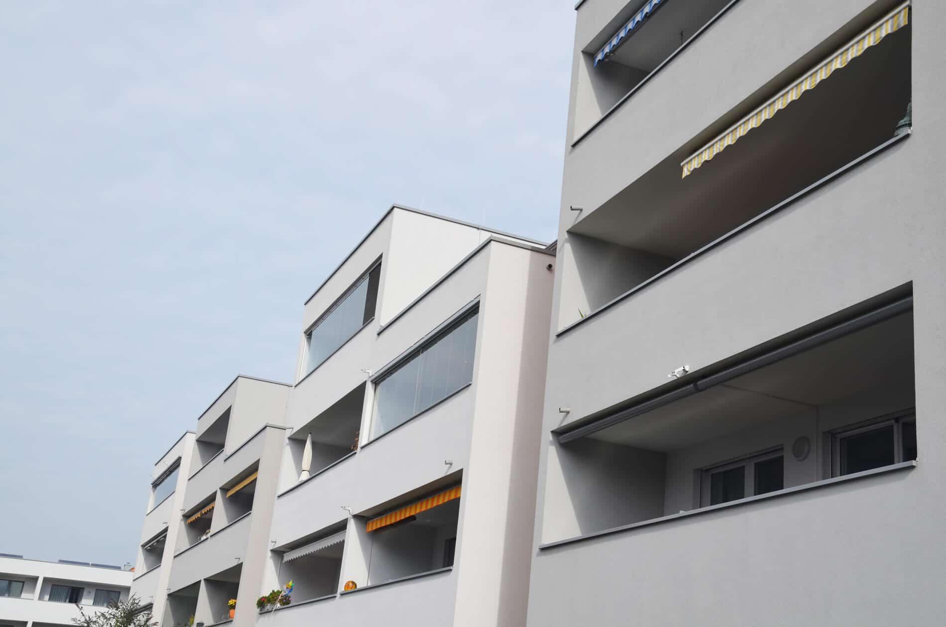 glas windschutz f r balkone verl ngern sie den sommer. Black Bedroom Furniture Sets. Home Design Ideas