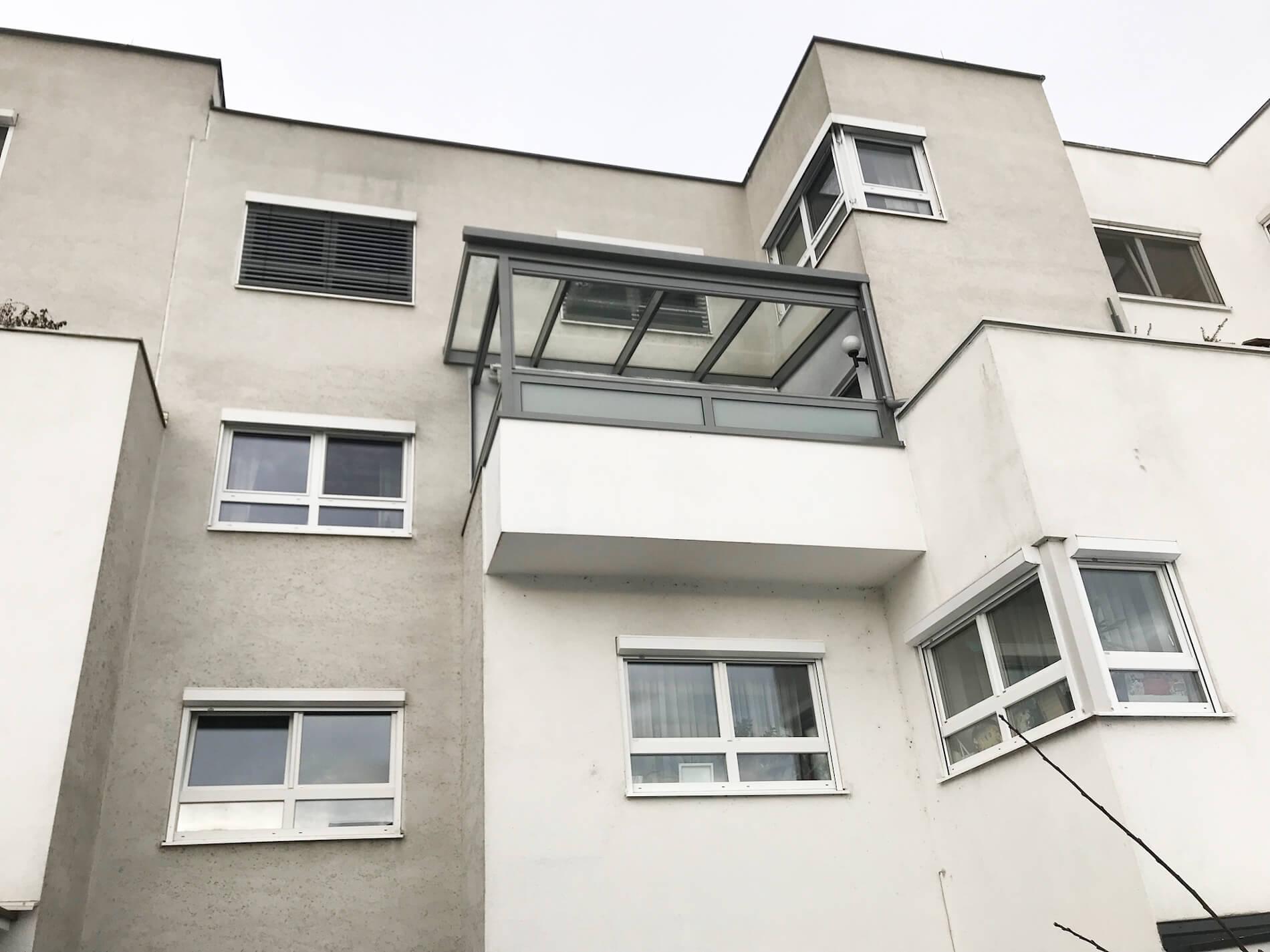Glasdach auf Balkon