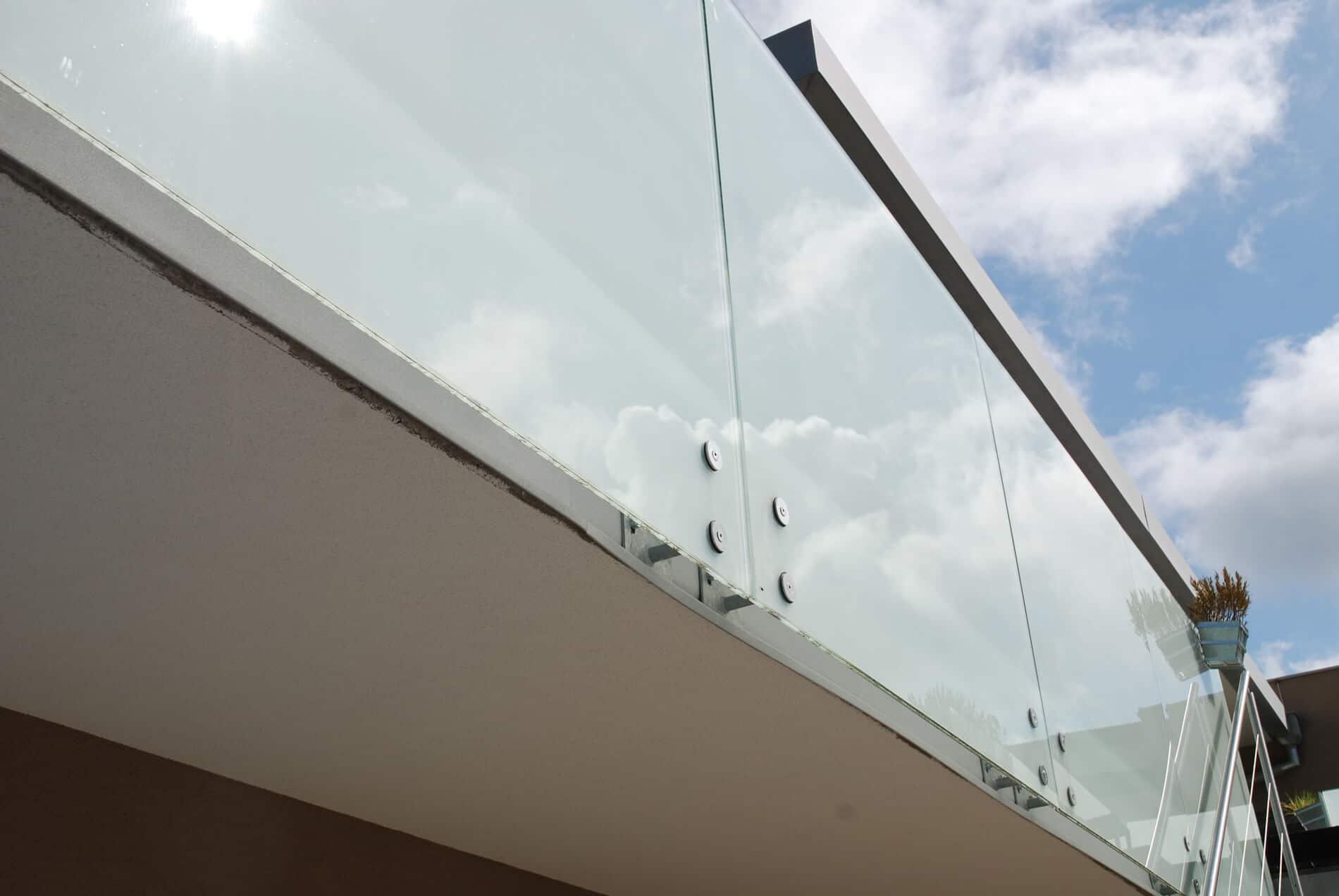 Glasgeländer mit Punkthaltern