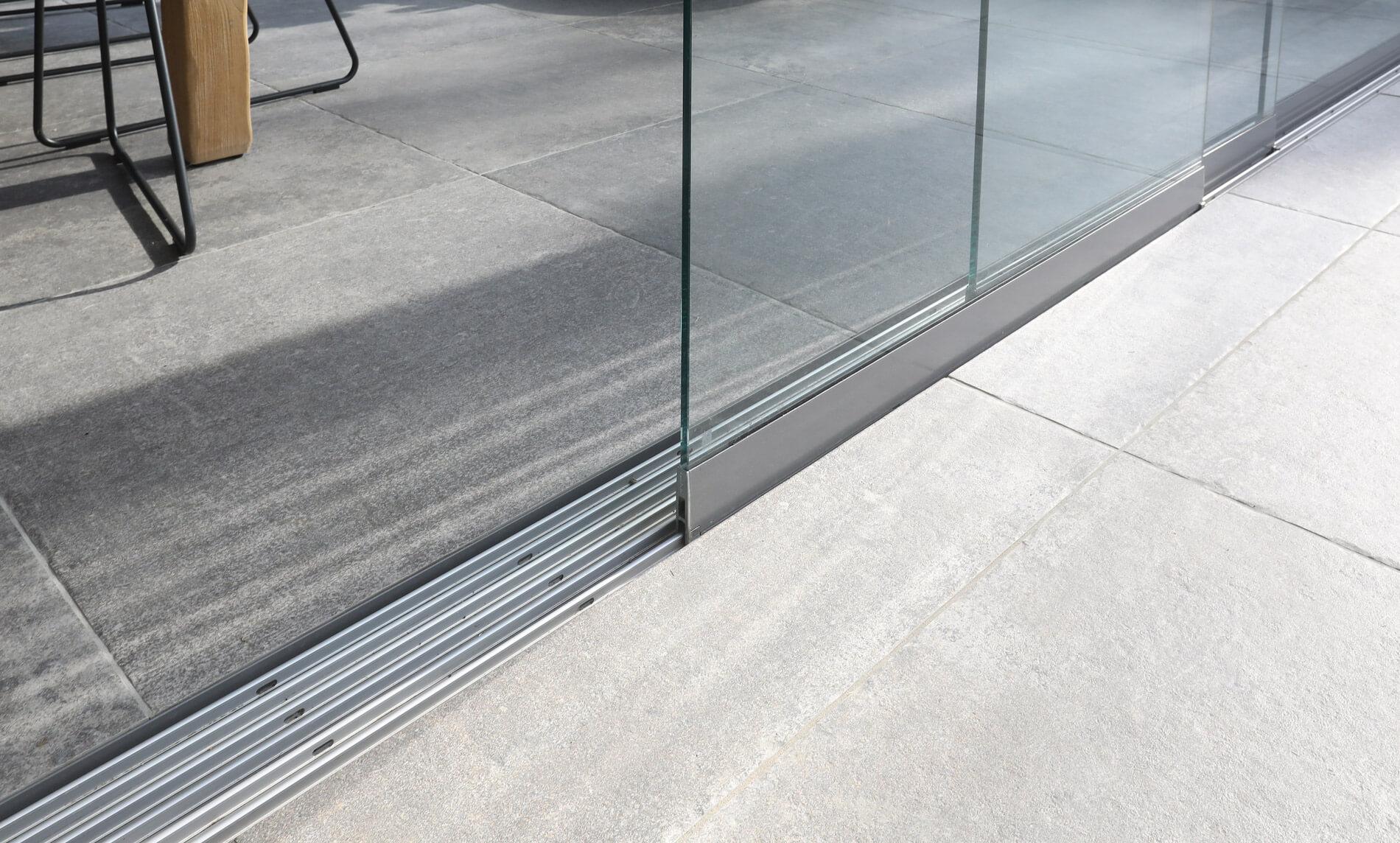 Glasschiebetür zwischen Wohnraum und Eingangsbereich