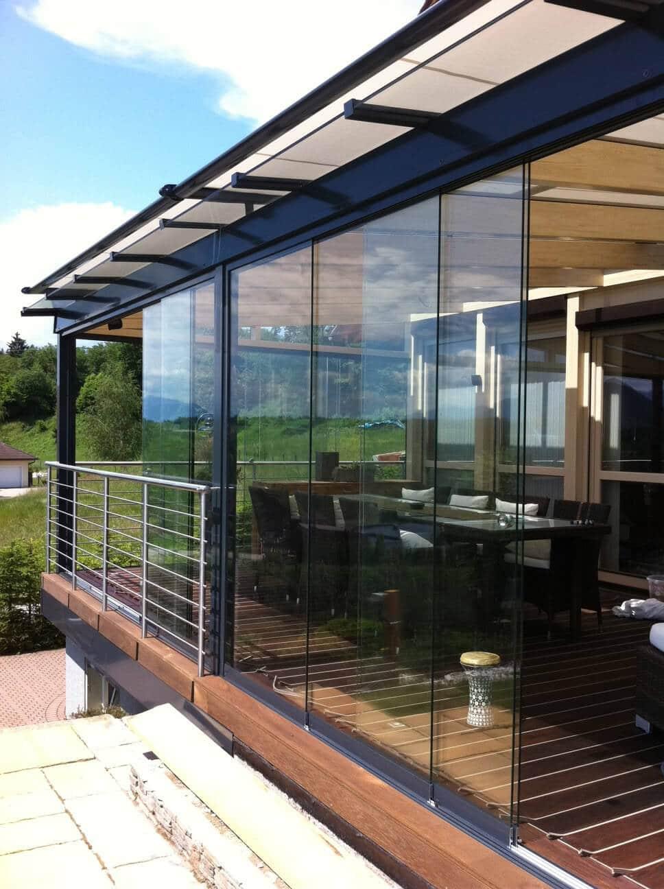 Glasschiebetüren für eine Terrassenüberdachung mit Beschattung