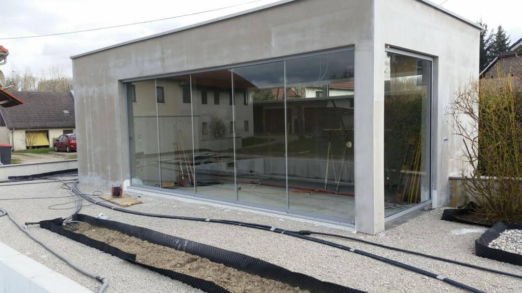 Glasschiebetüren mit Spaltdichtungen für modernes Poolhaus entsteht