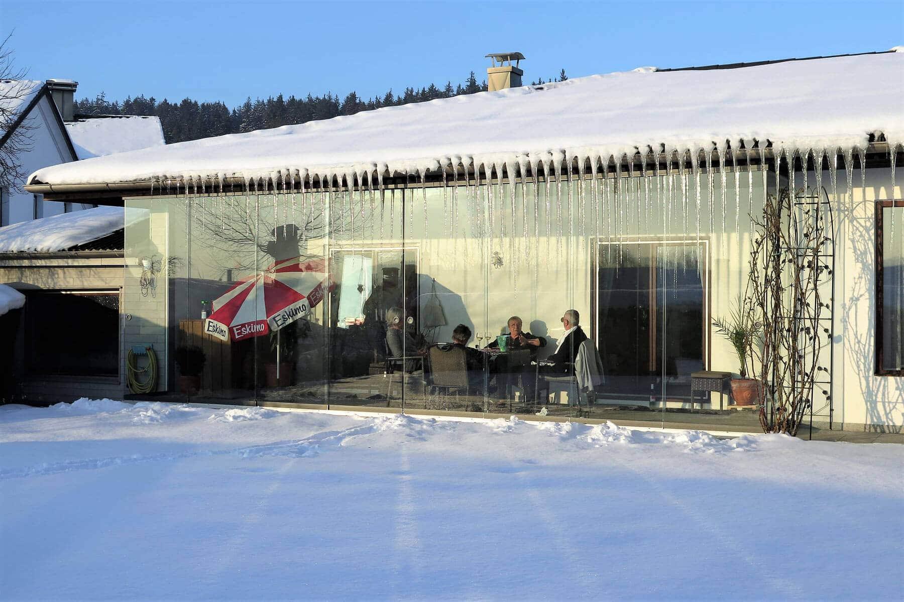 Glasschiebetüren unter Dachüberstand