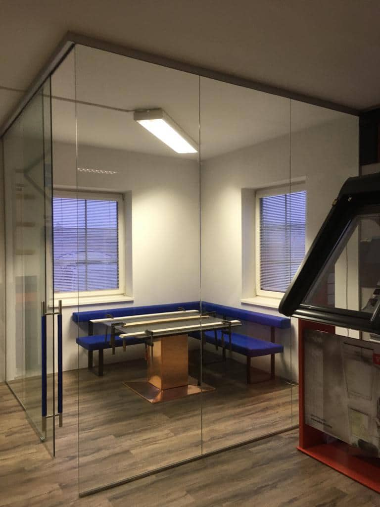 Glastrennwand mit Schiebetüre für Home-Office