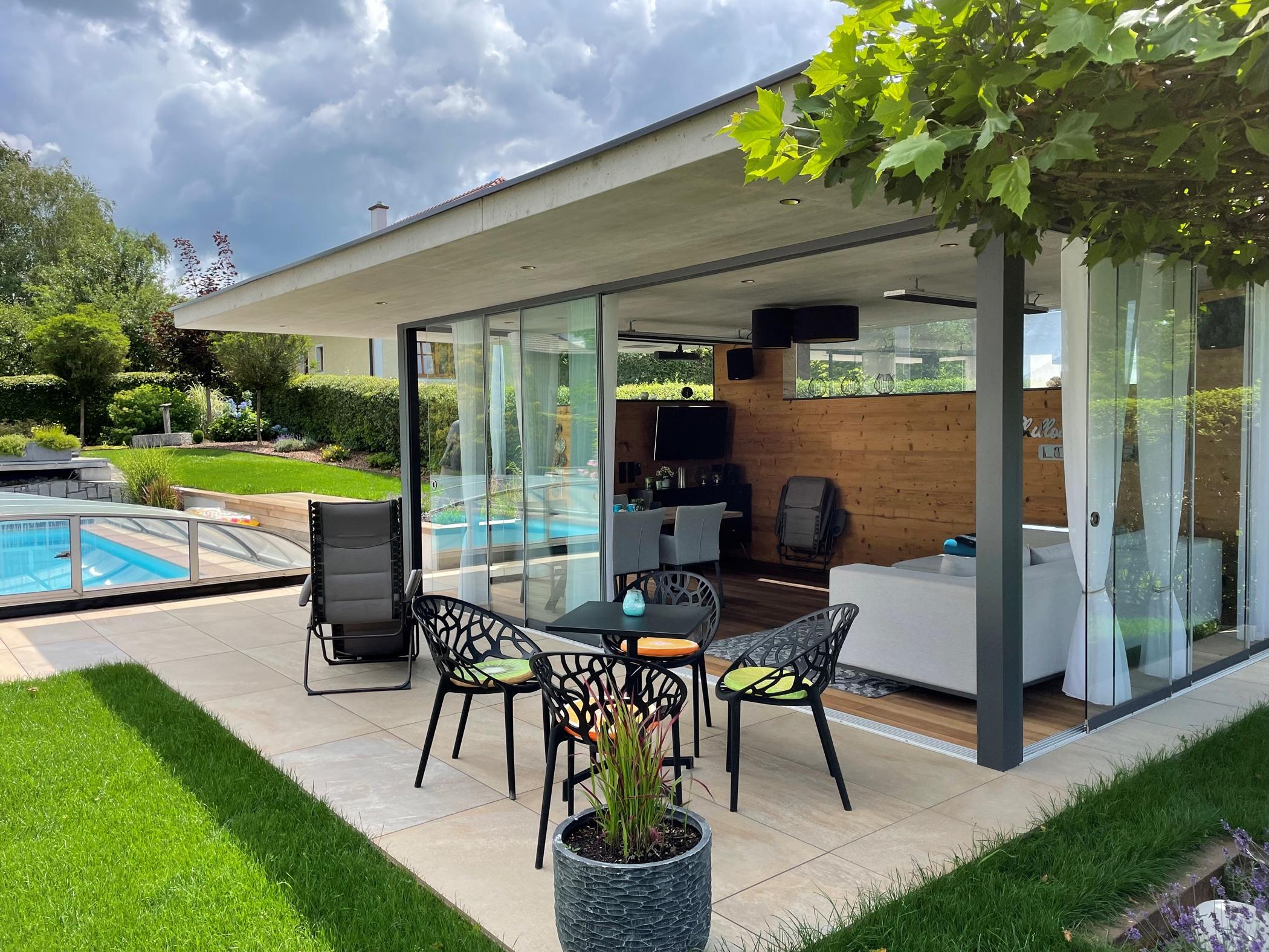 Glastüren und Schiebetüren für Poolhäuser
