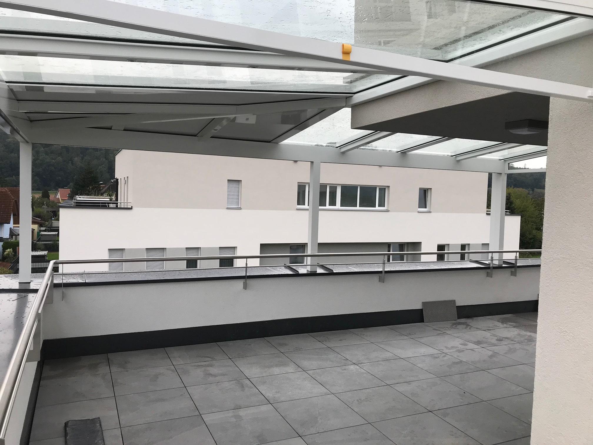 Glasüberdachte Terrasse für Dachgeschosswohnung