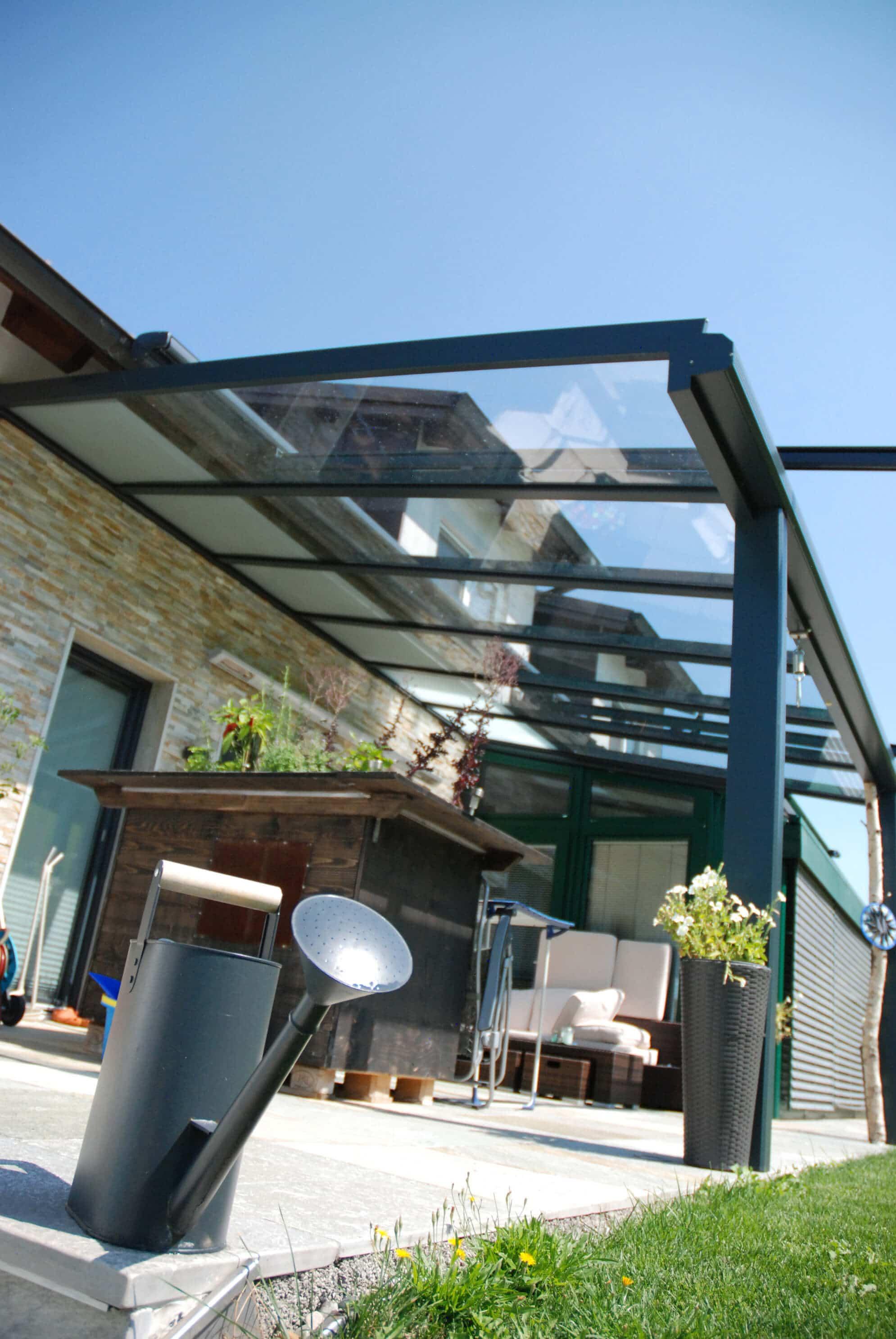 Glasüberdachte Terrassen dunkelgrau