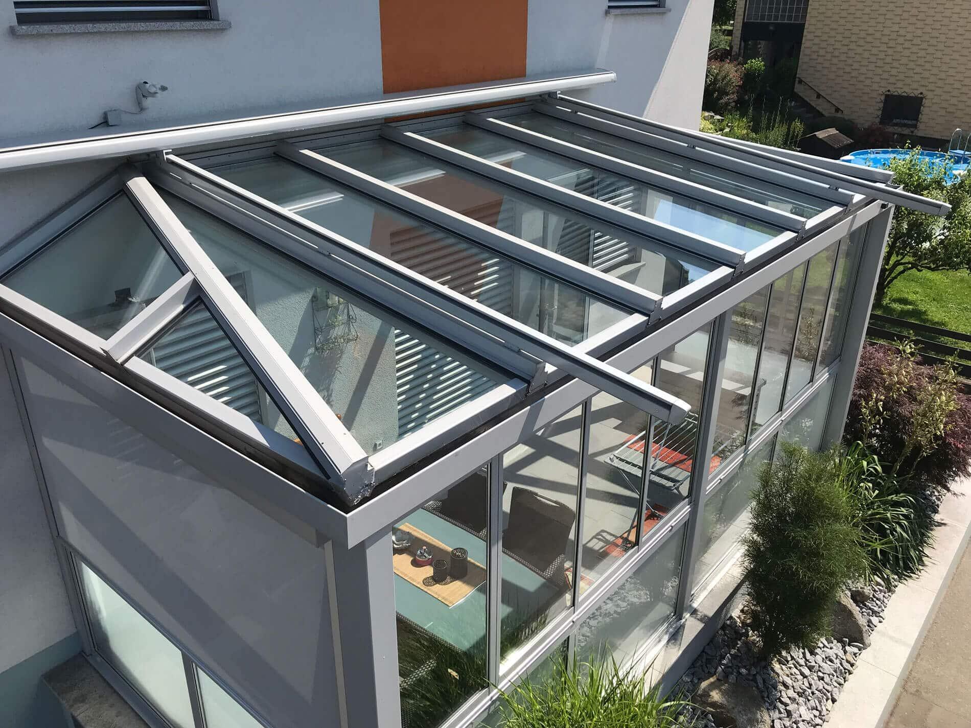 Hochwertiger Wintergarten mit Glasdachmarkise in grau