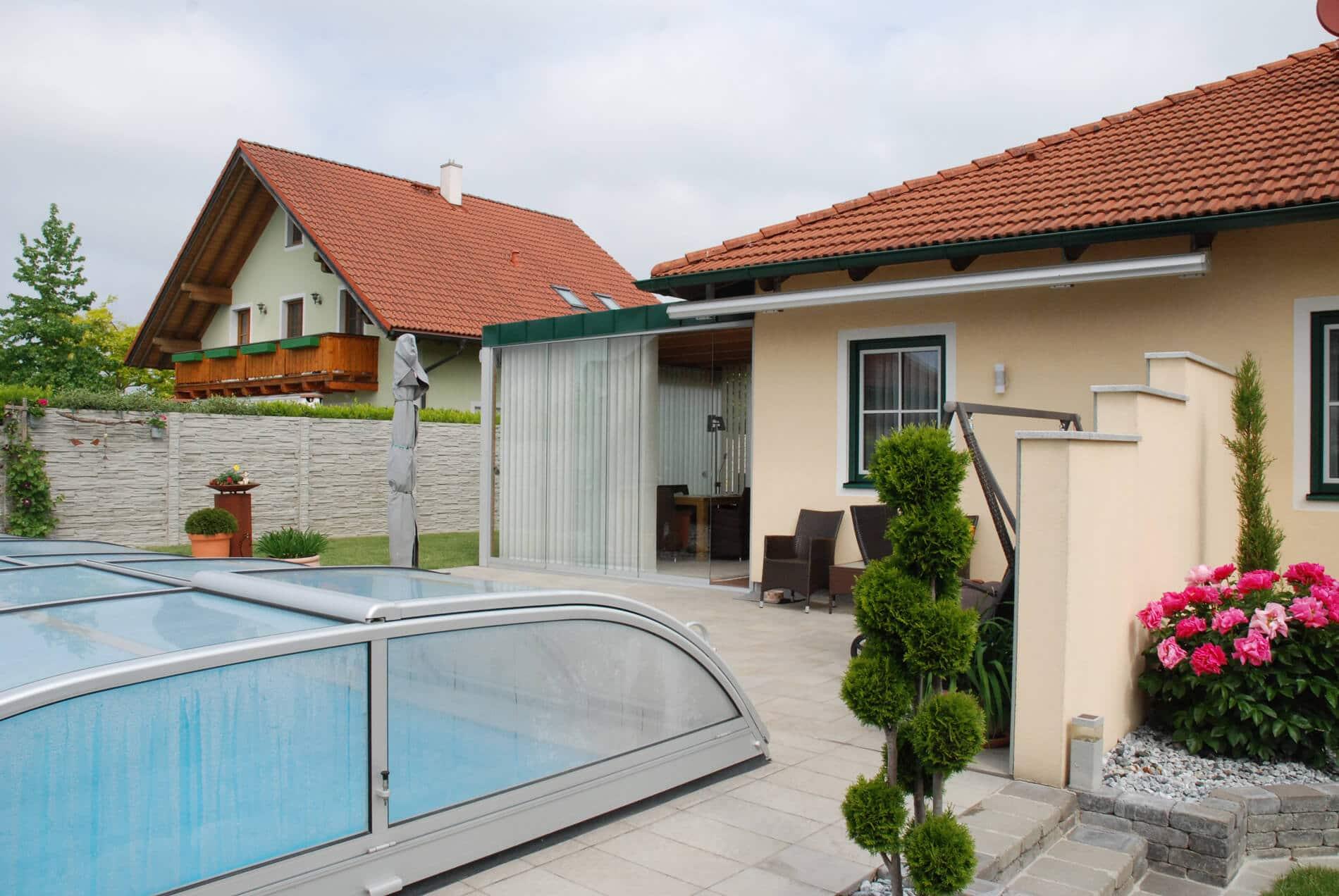Holz-Alu Wintergarten für Einfamilienhaus mit Nurglasschiebewänden