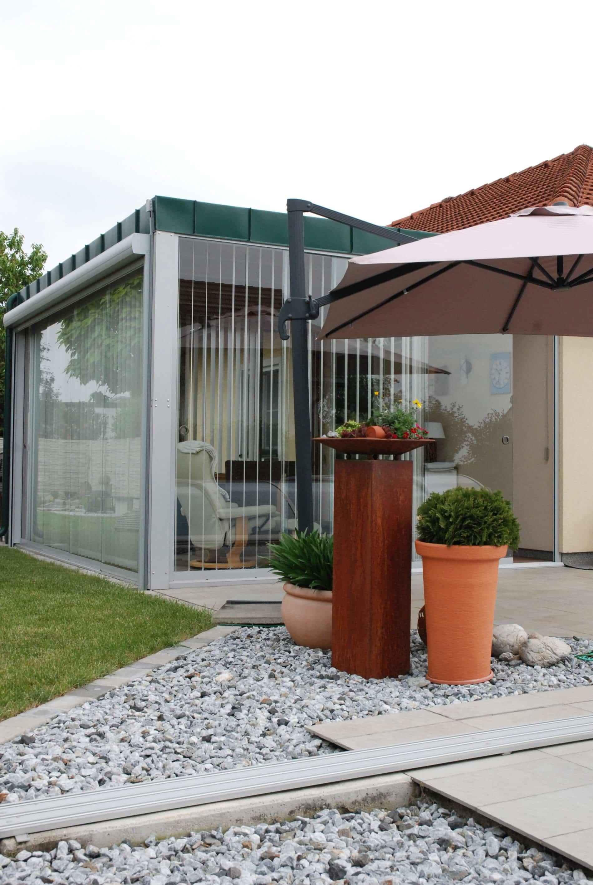 Holz-Aluminium Wintergarten Flachdach und Schiebewänden rahmenlos