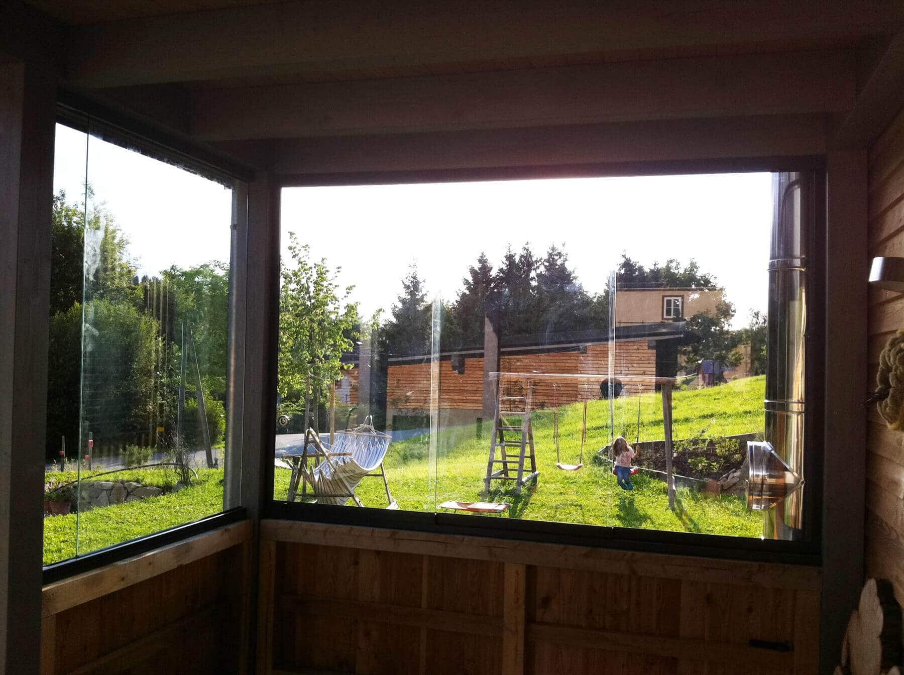 kleiner Holzanbau mit Glasschiebetüren