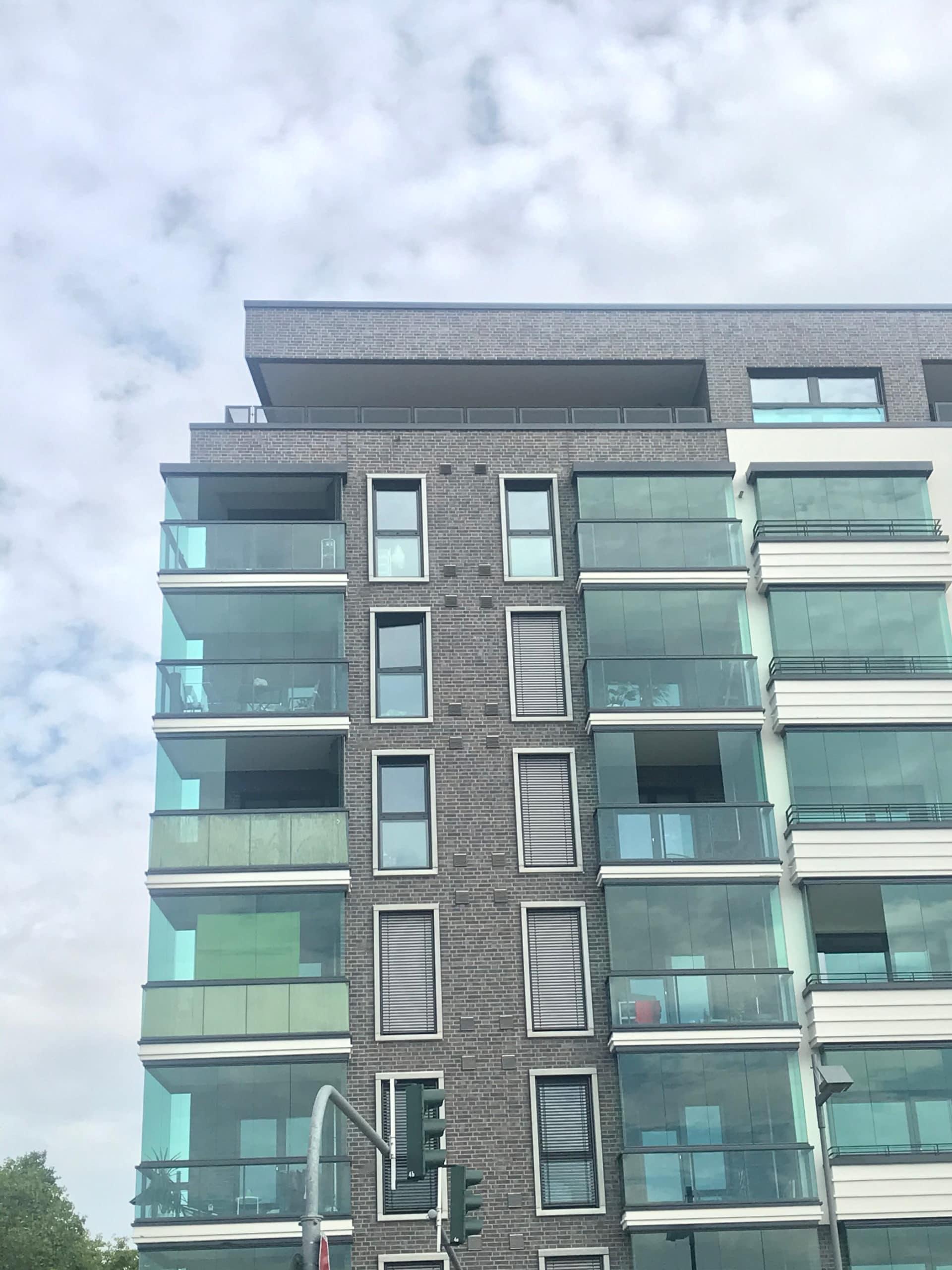 Moderne Balkone mit Glas-Schiebewände als Windschutz