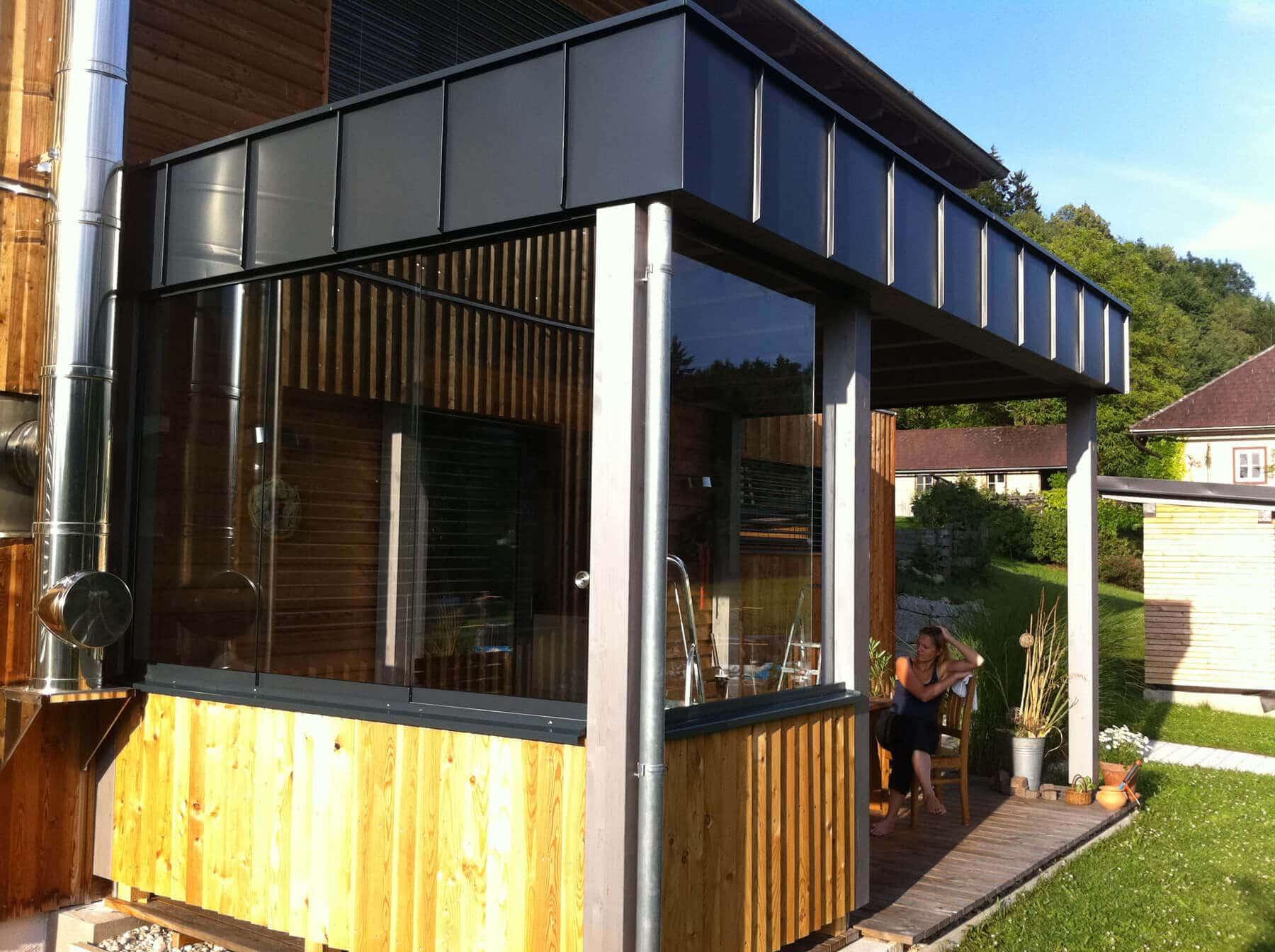 Moderner Holzanbau mit Glasschiebetüren