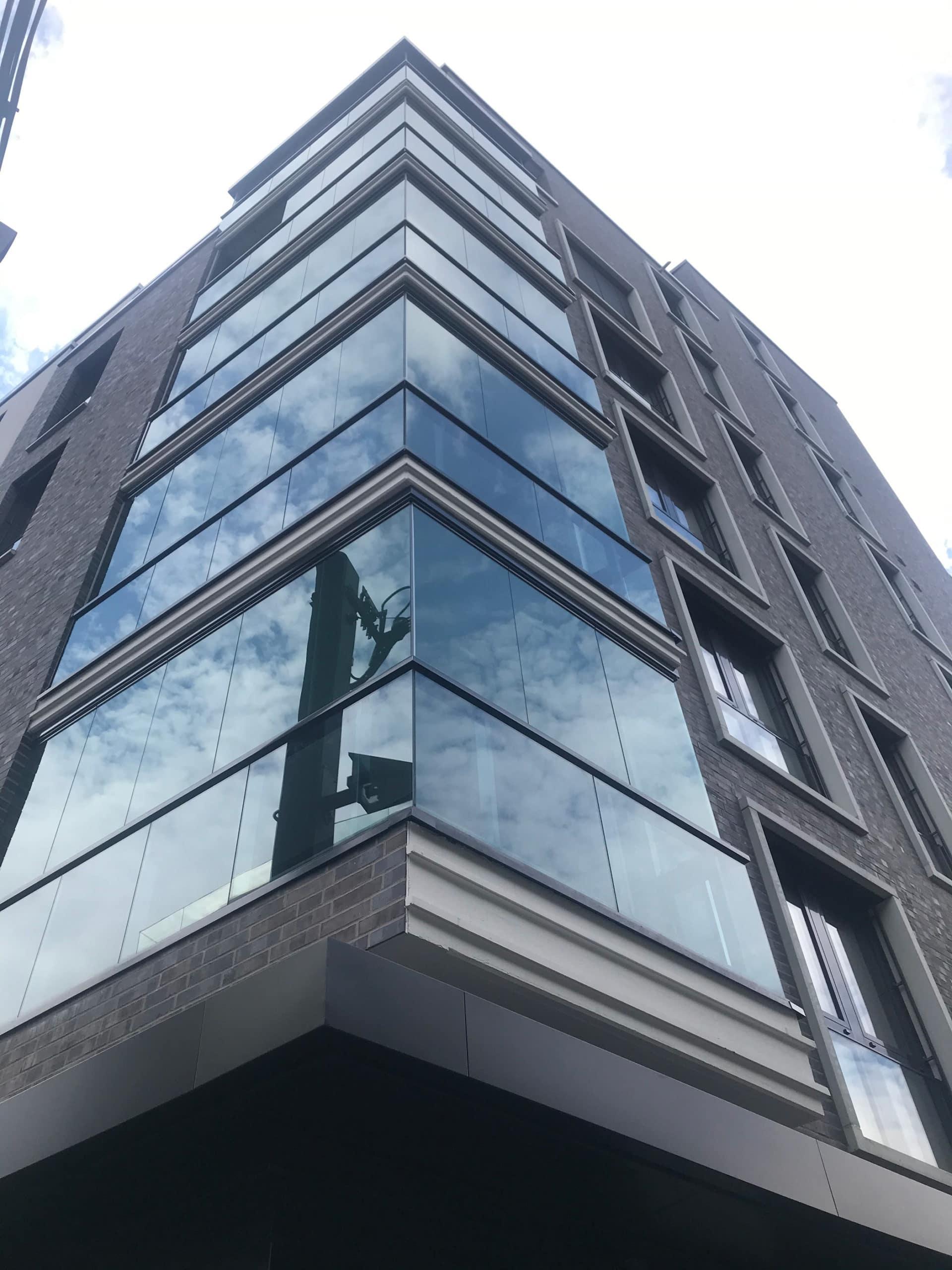 Moderner Wind- und Wetterschutz für Balkone