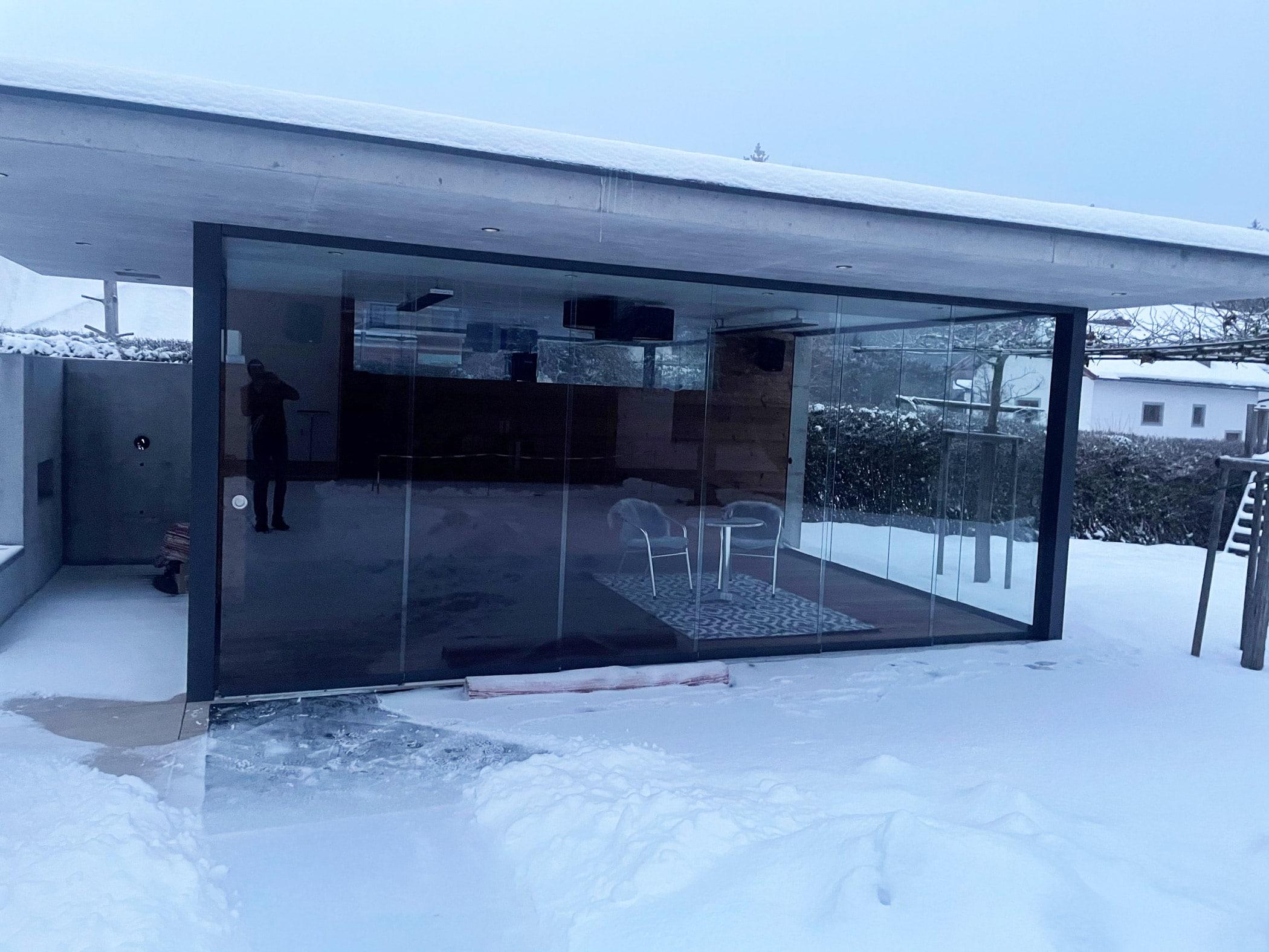 Modernes Pool- und Gartenhaus mit 3-seitigen Glasschiebetüren