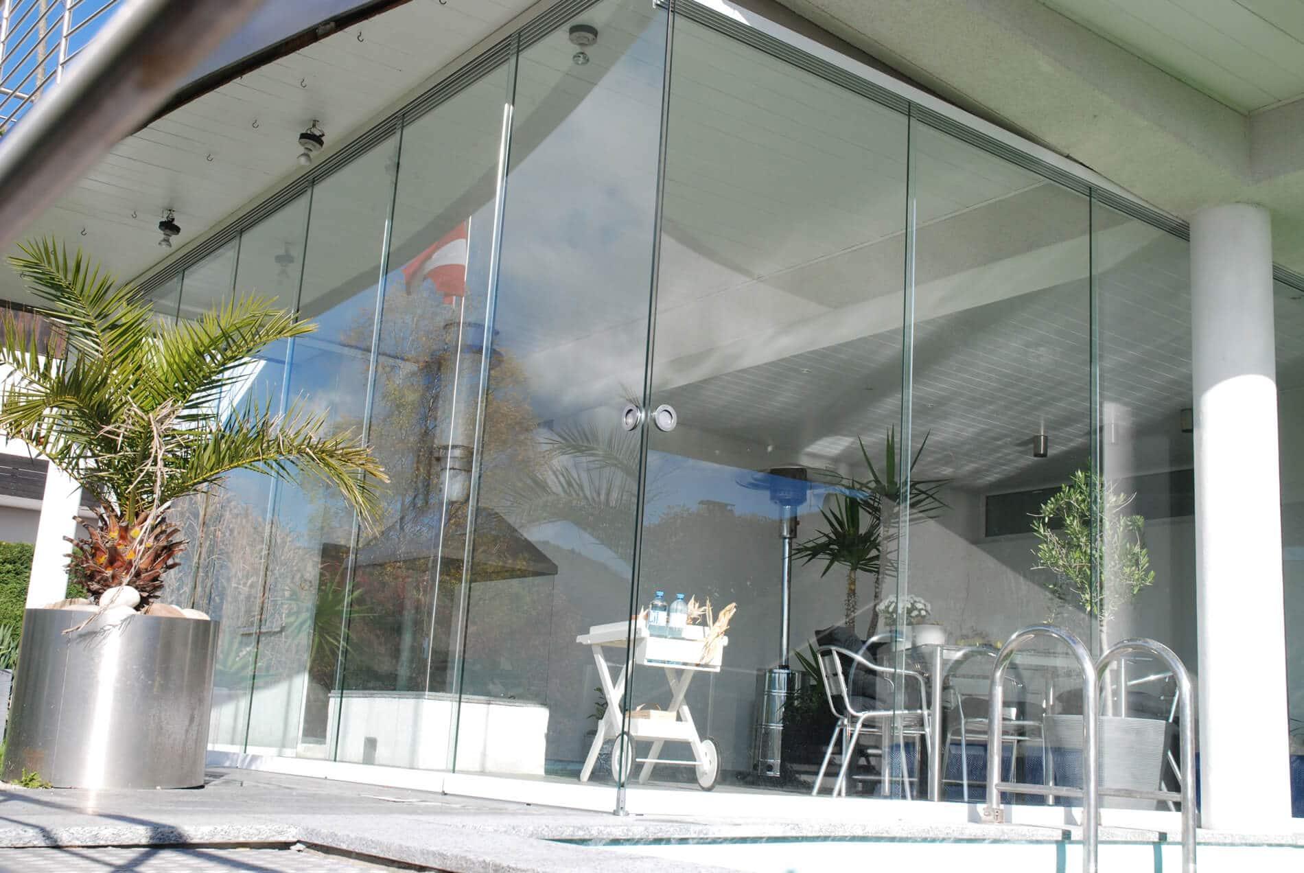 Modernes Poolhaus mit Glas