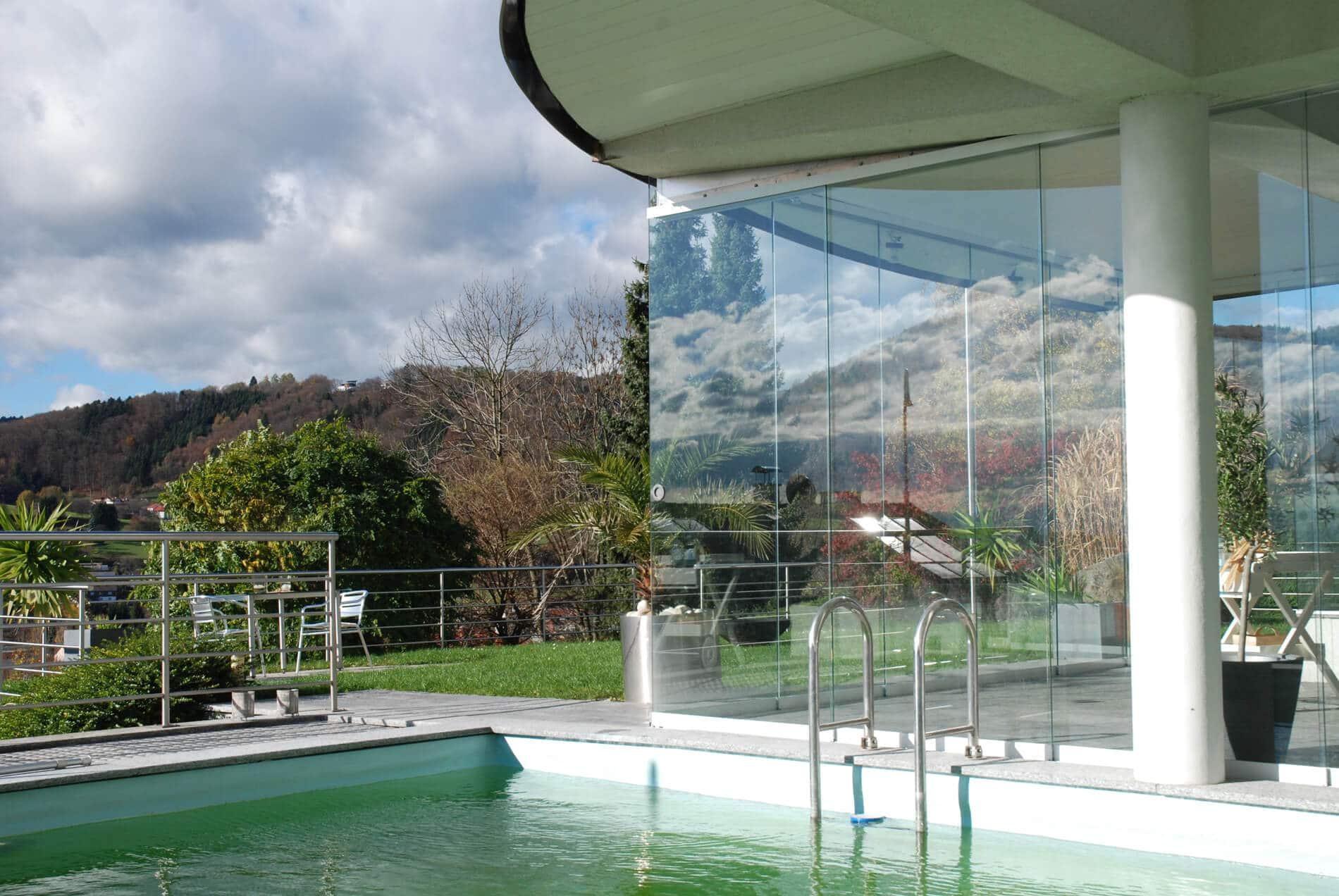 Modernes Poolhaus mit Glasschiebetüren