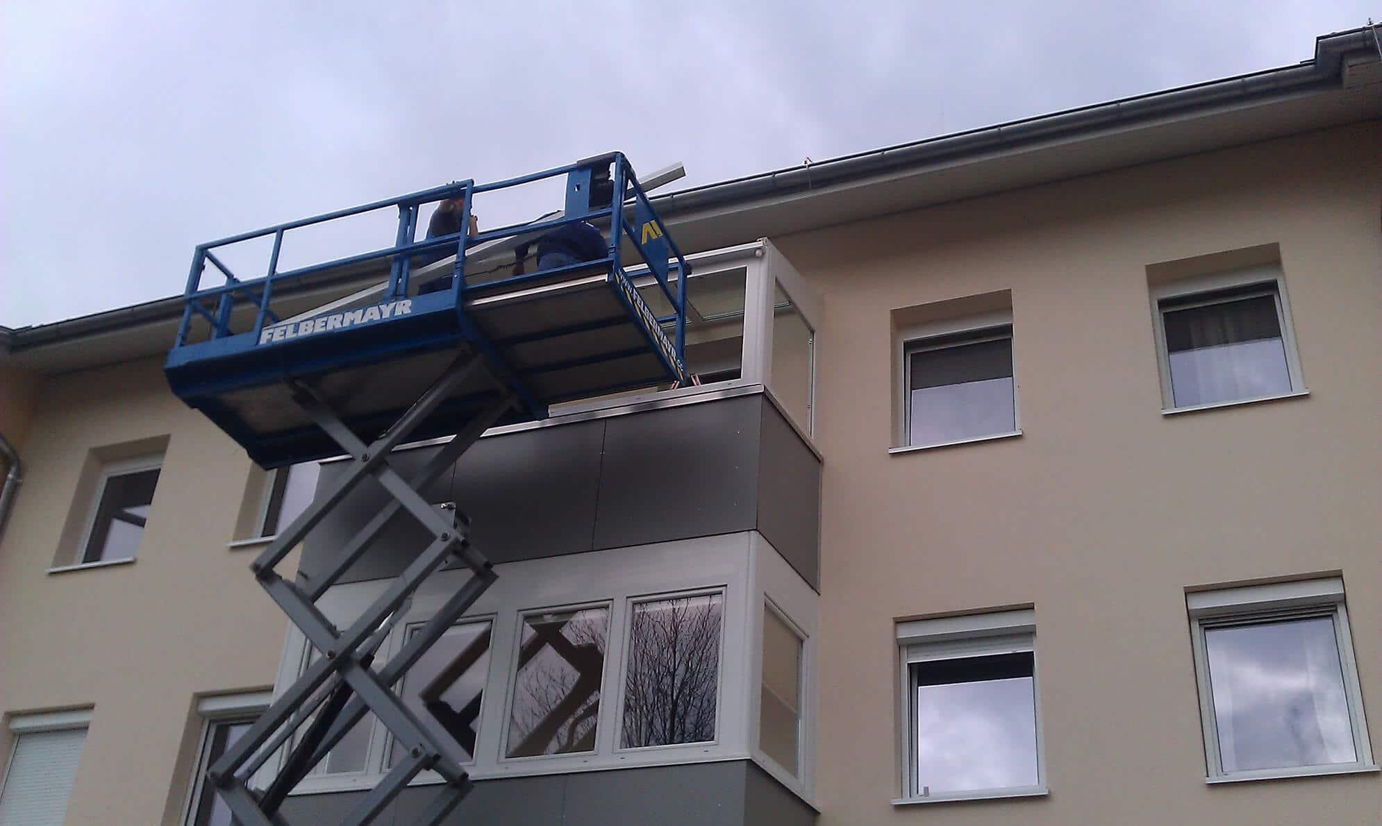 Montage Balkonverbau mit Glasdach