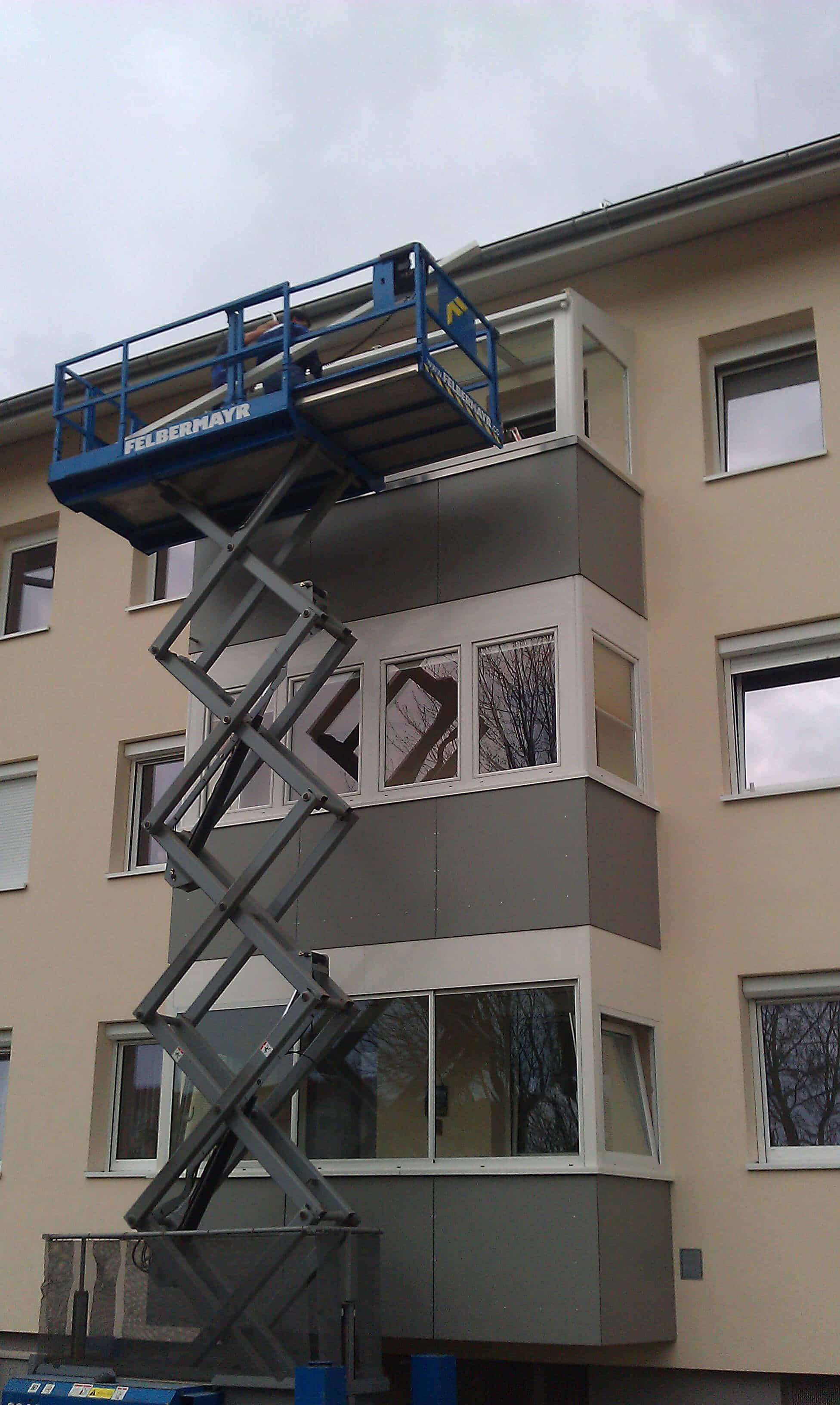 Montage Balkonverglasung mit Dachglas