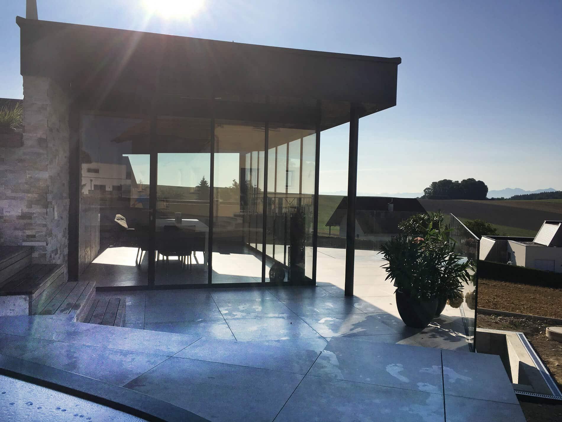 Poolhäuser Garten mit Glastüren