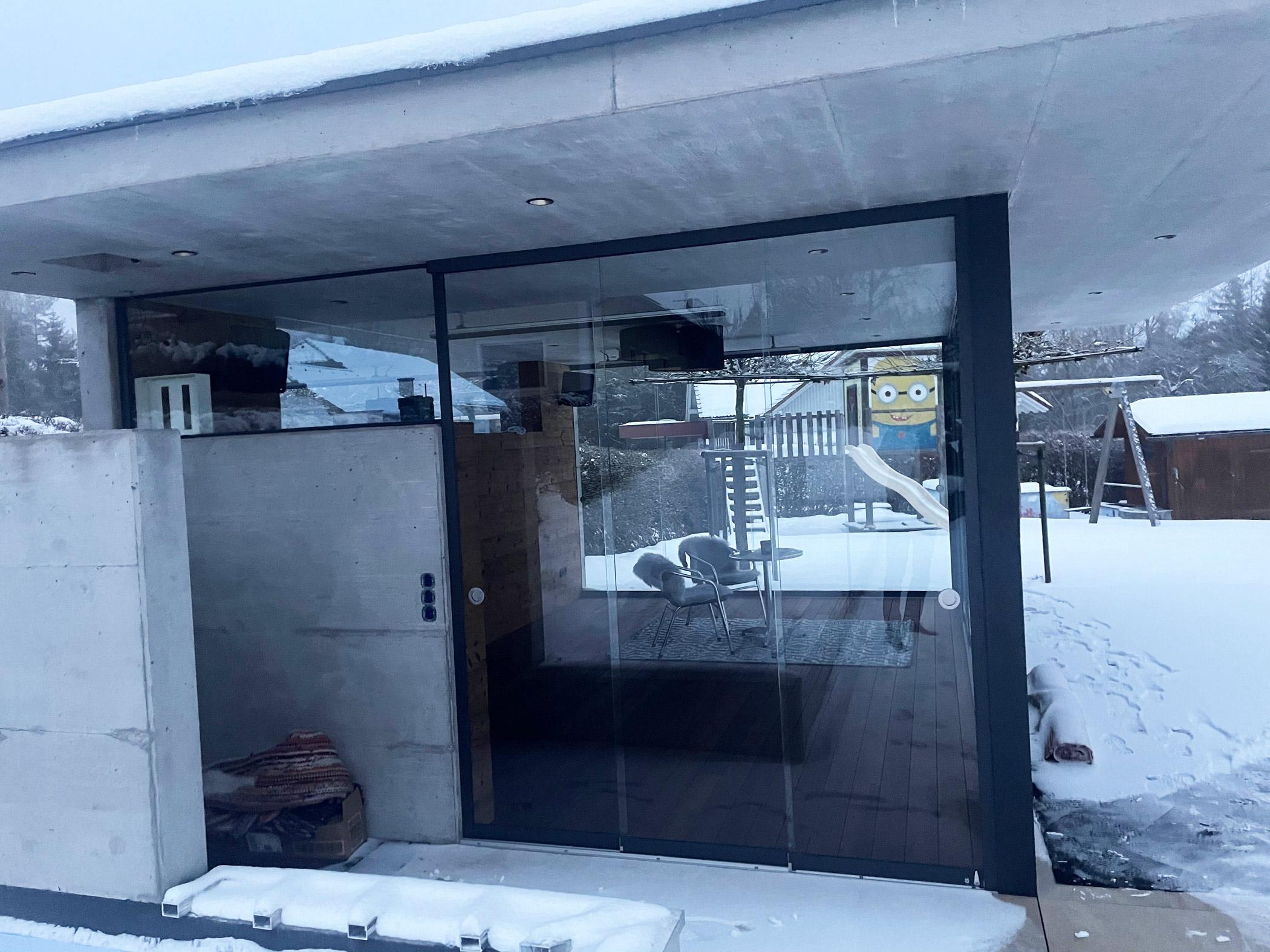 Poolhaus modern mit Glasschiebeelementen