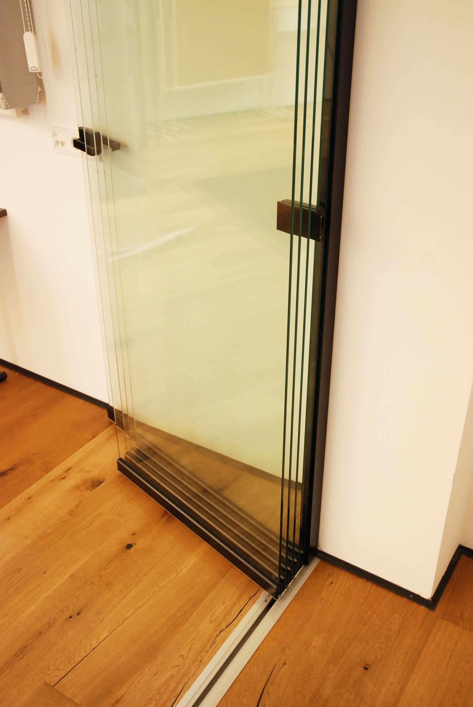 Schiebe-Dreh-Element mit Glasflügeln