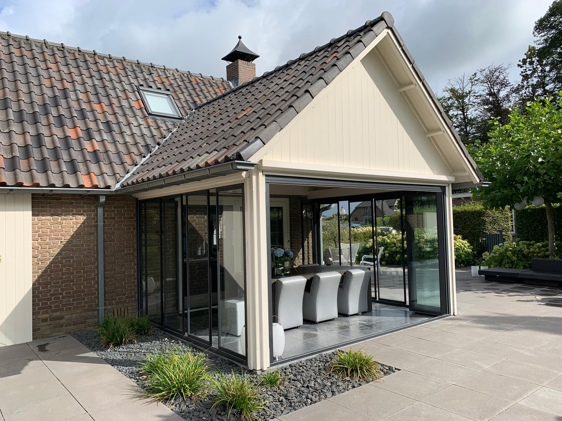 Schiebelösungen für Anbau mit festem Dach