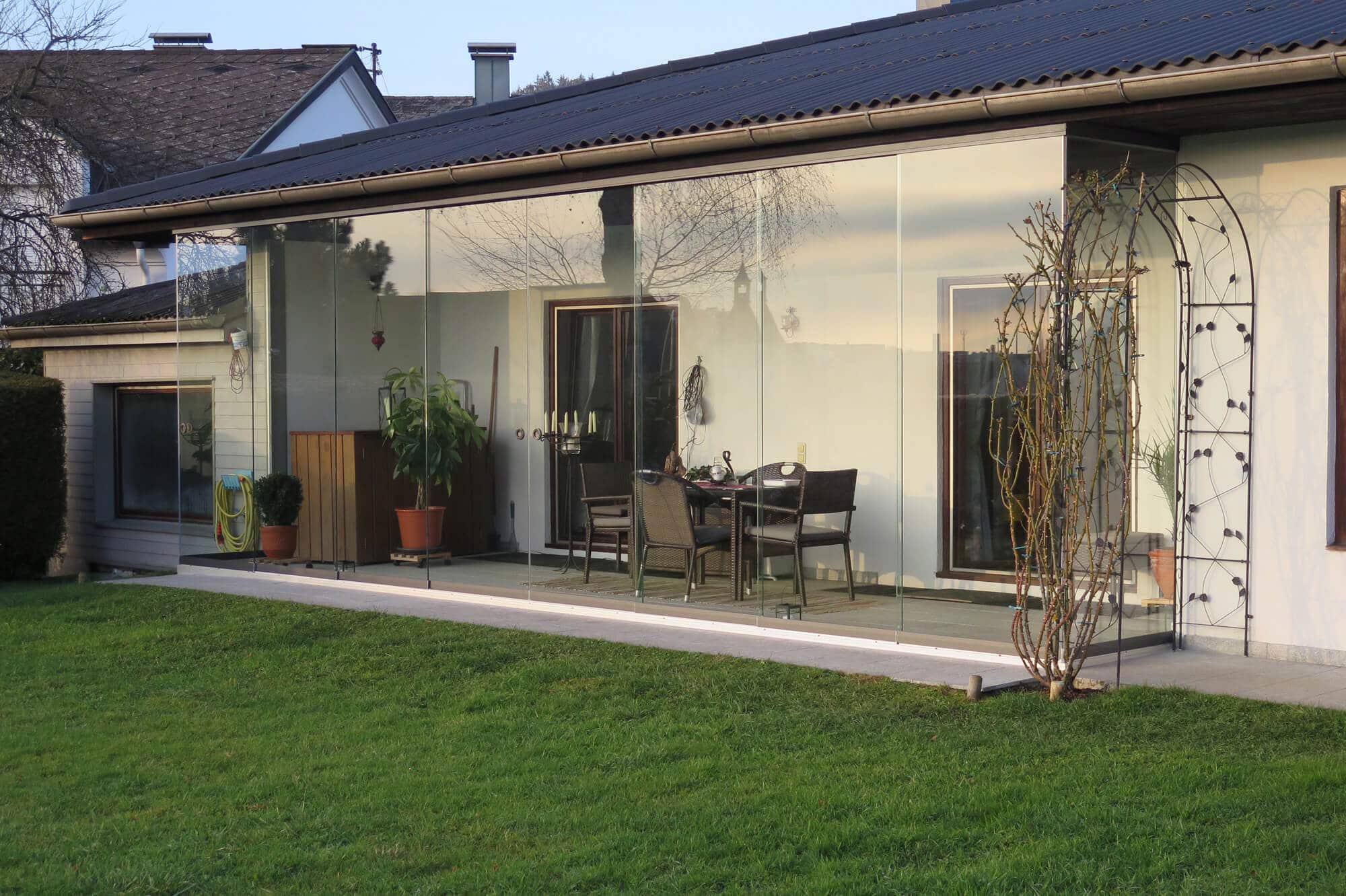 Schiebetüren als Wetterschutz Terrasse transparent