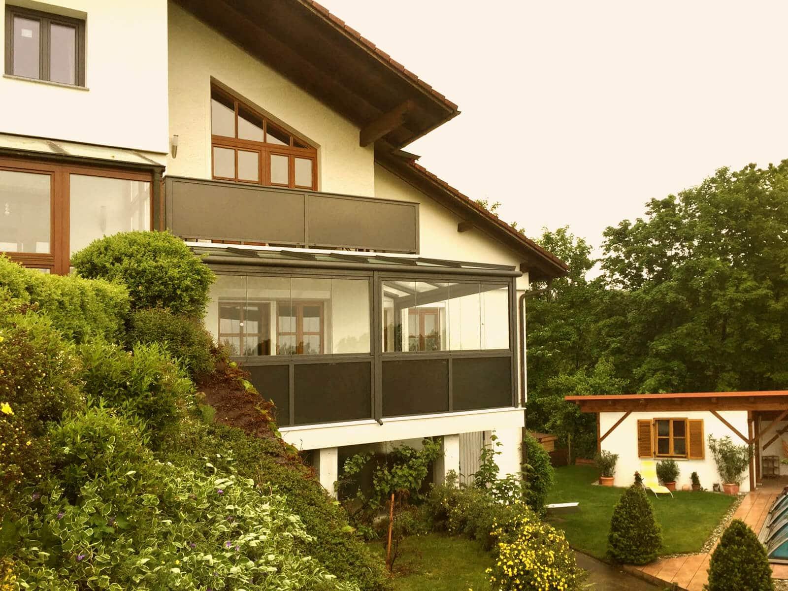 Schmidinger Wintergarten RAL 7016 anthrazit auf Balkon