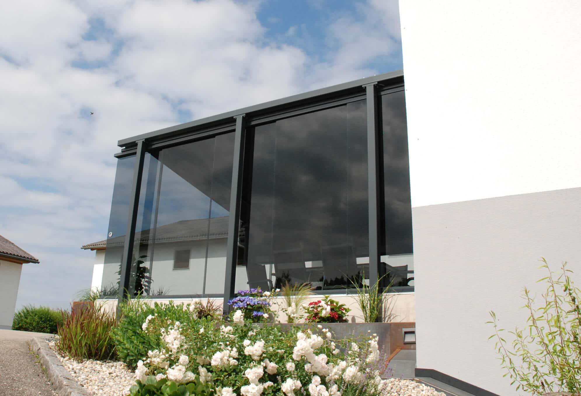 Sichtschutz aus Glas mit Montage