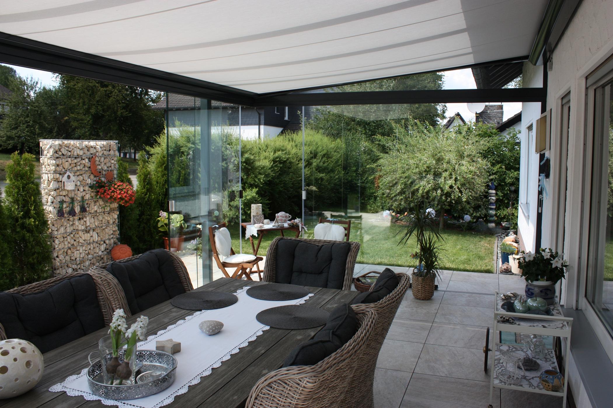 Terrasse mit durchsichtem Windschutz verkleiden