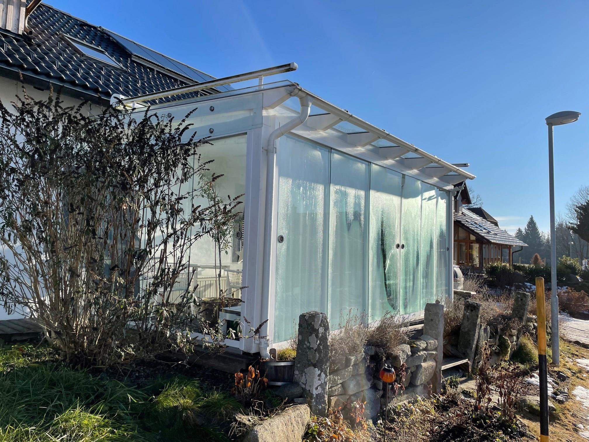 Terrasse seitlich verkleiden mit Glas